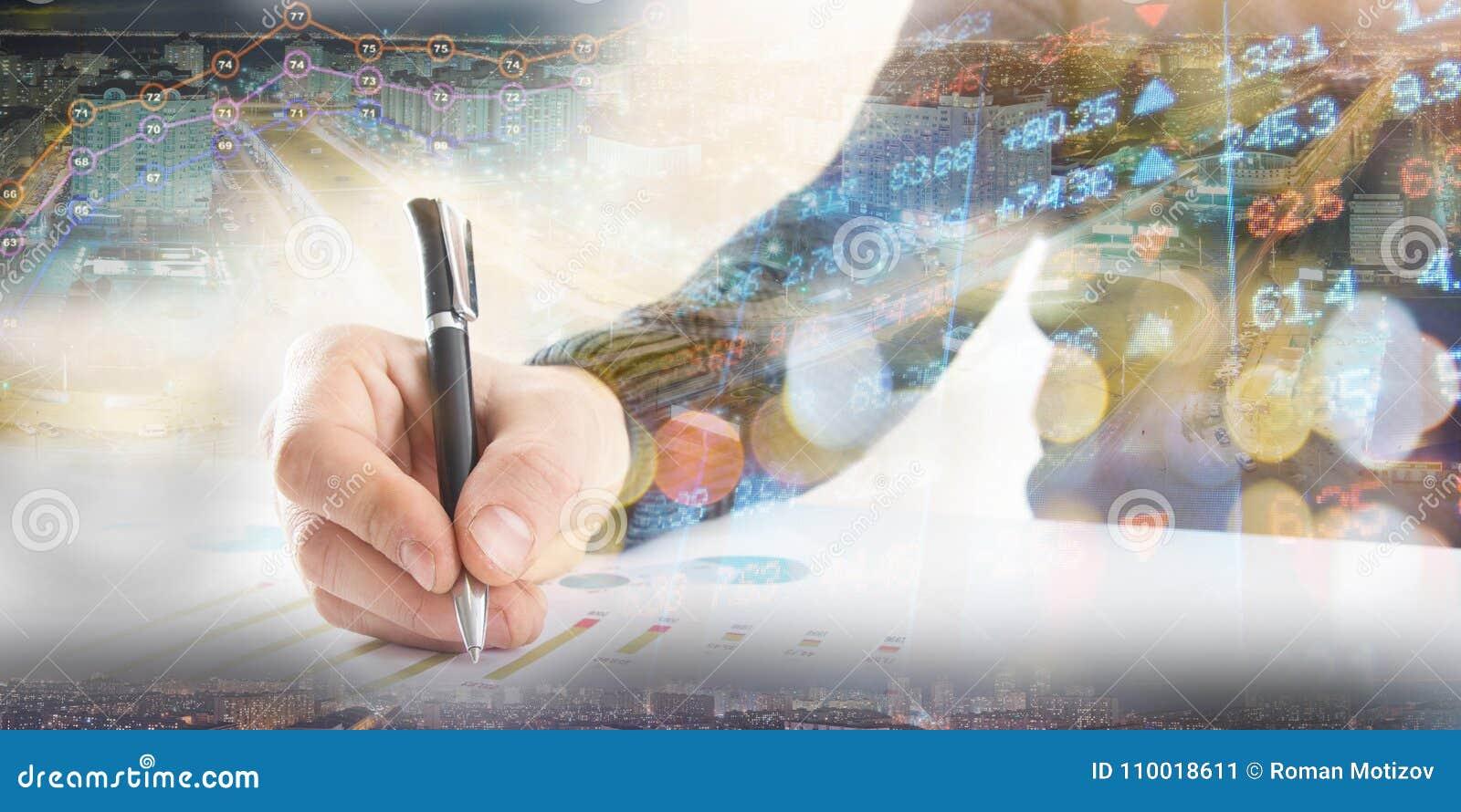 Finanzas, depositando concepto El hombre de negocios firma documentos Imagen abstracta del sistema financiero con el foco selecti