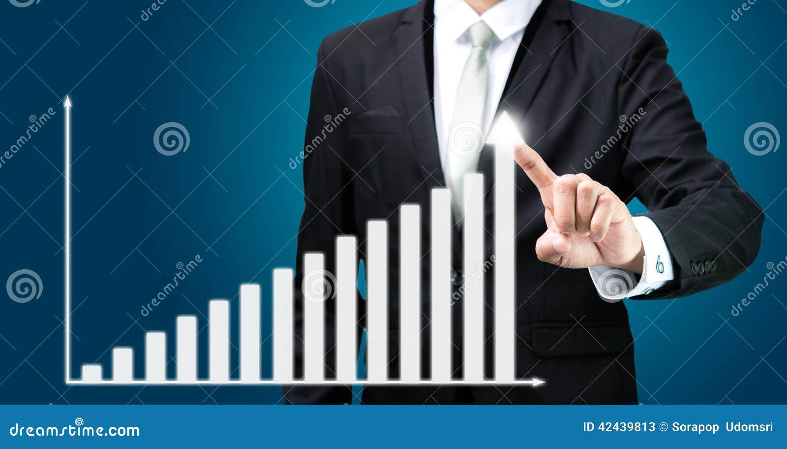 Finanzas derechas del gráfico del tacto de la mano de la postura del hombre de negocios aisladas