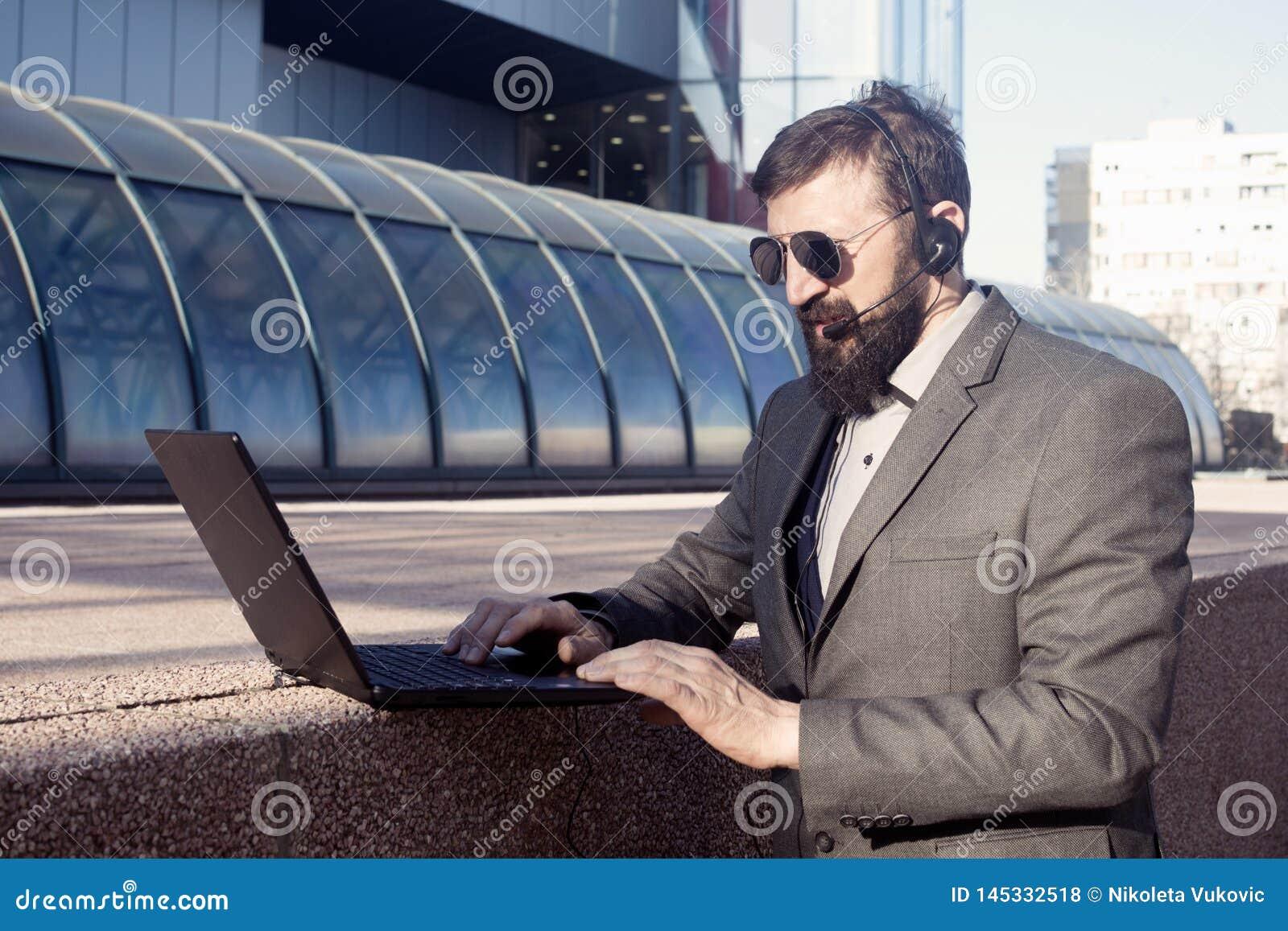 Finanzberater, der sich online berät
