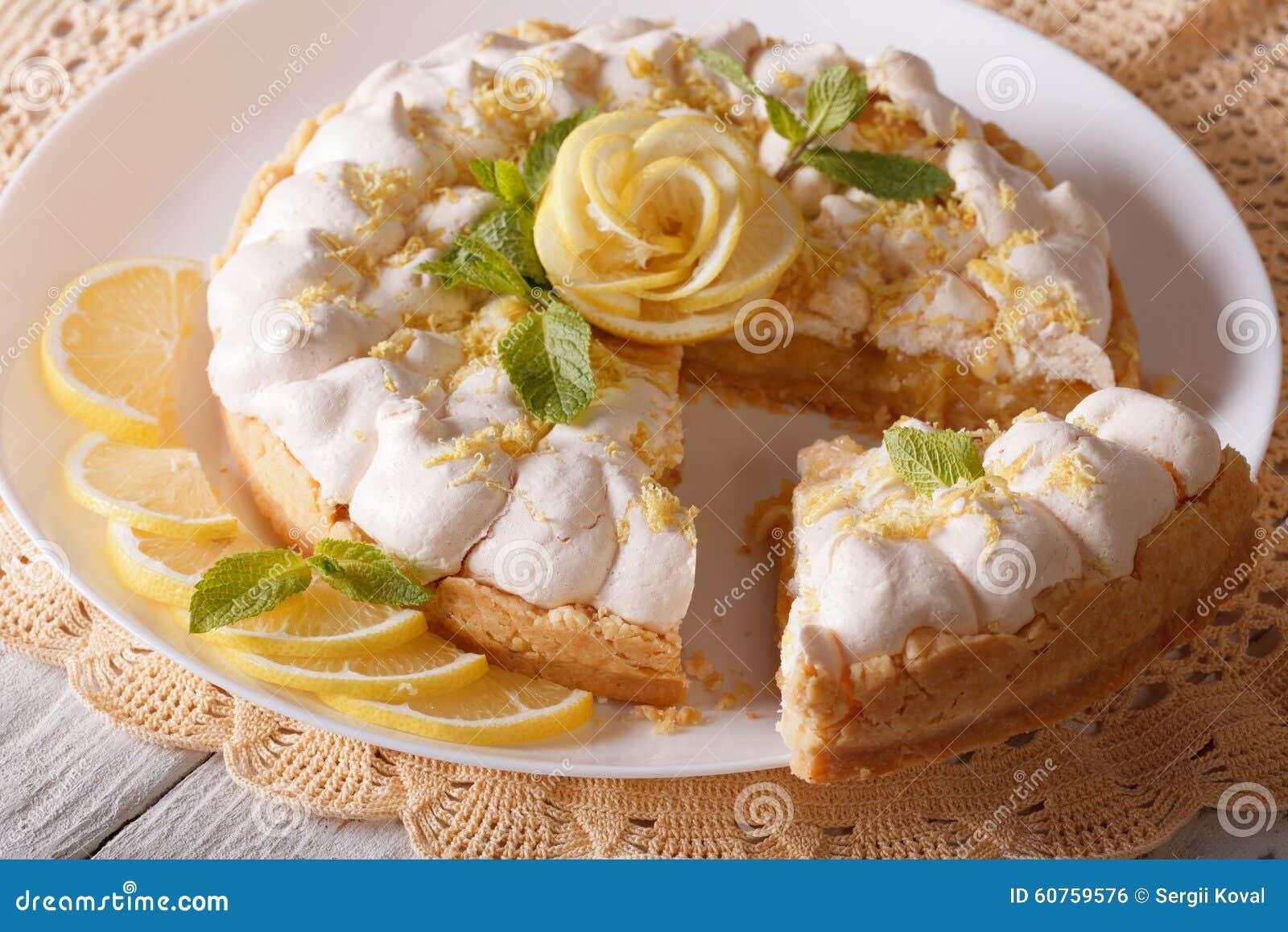Fine affettata deliziosa del dolce della meringa del limone su orizzontale