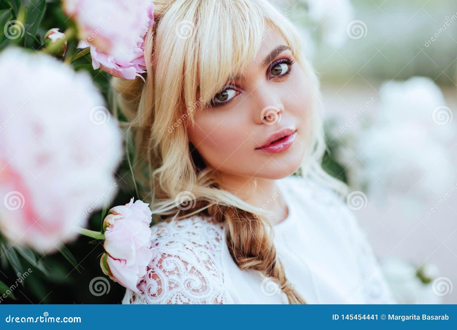 Fine all aperto sul ritratto di bella giovane donna nel giardino di fioritura Concetto femminile di modo della molla