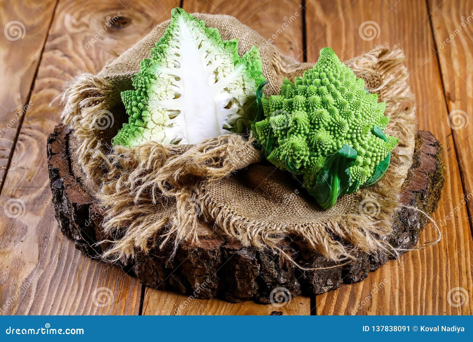 Fine del broccolo di Romanesco in su La verdura di frattale è conosciuta per è il collegamento alla sequenza di Fibonacci