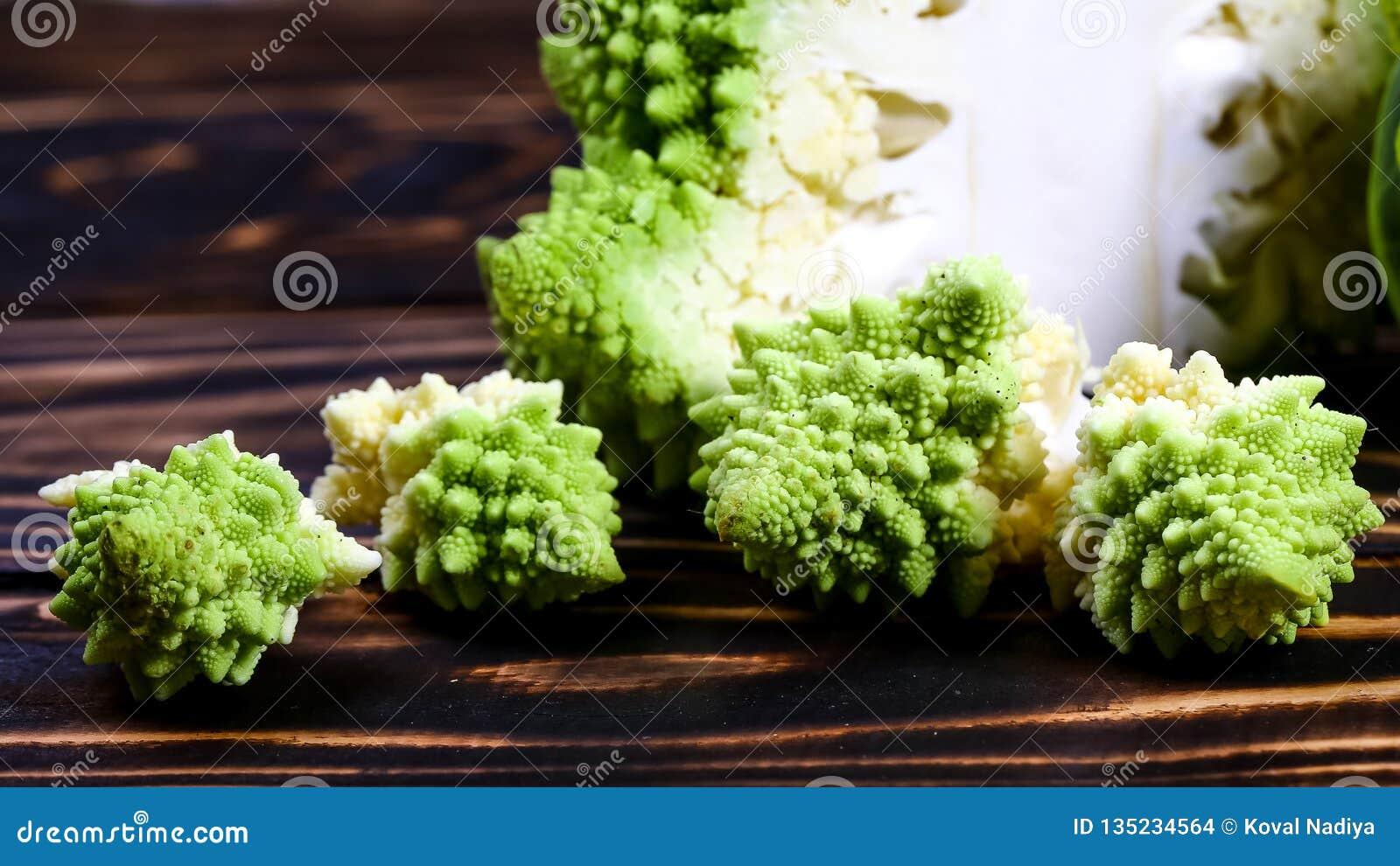 Fine del broccolo di Romanesco in su La verdura di frattale è conosciuta per è il collegamento alla sequenza di Fibonacci ed al r