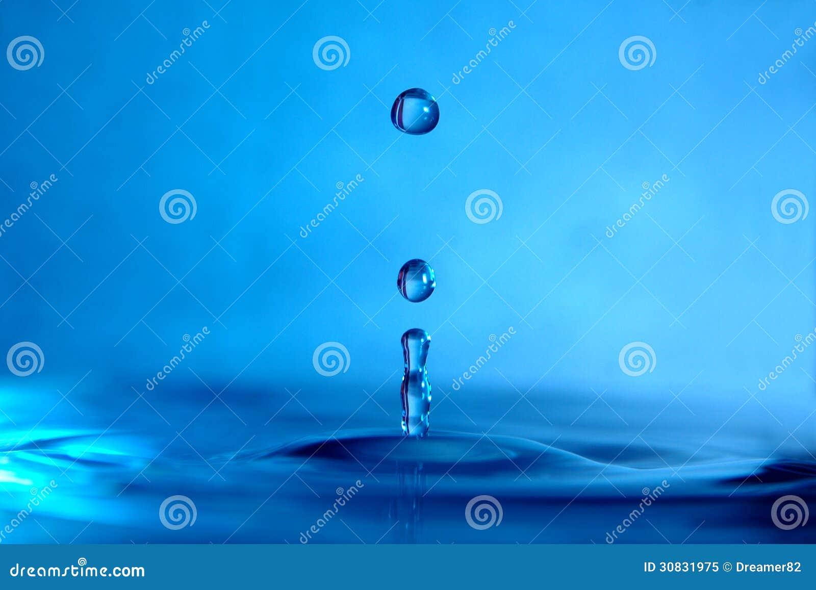 Fine della spruzzata della goccia di acqua su