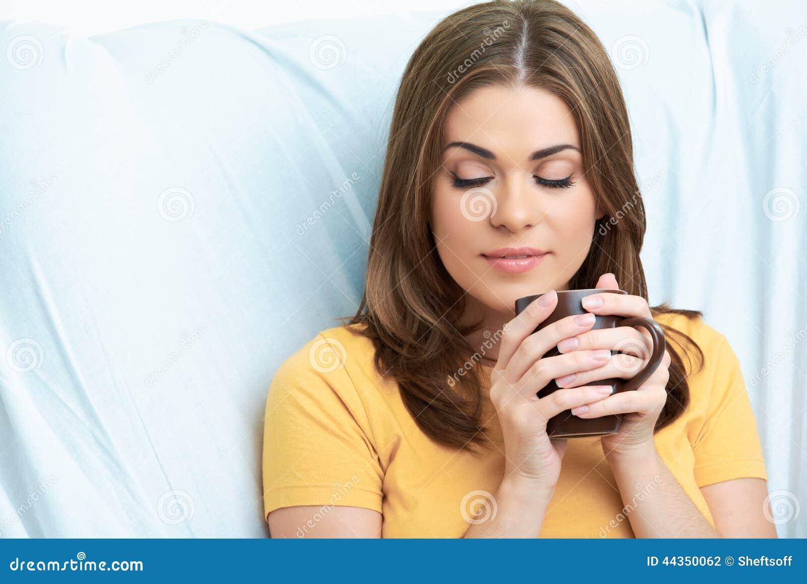 Fine della tazza di tè della donna sul ritratto