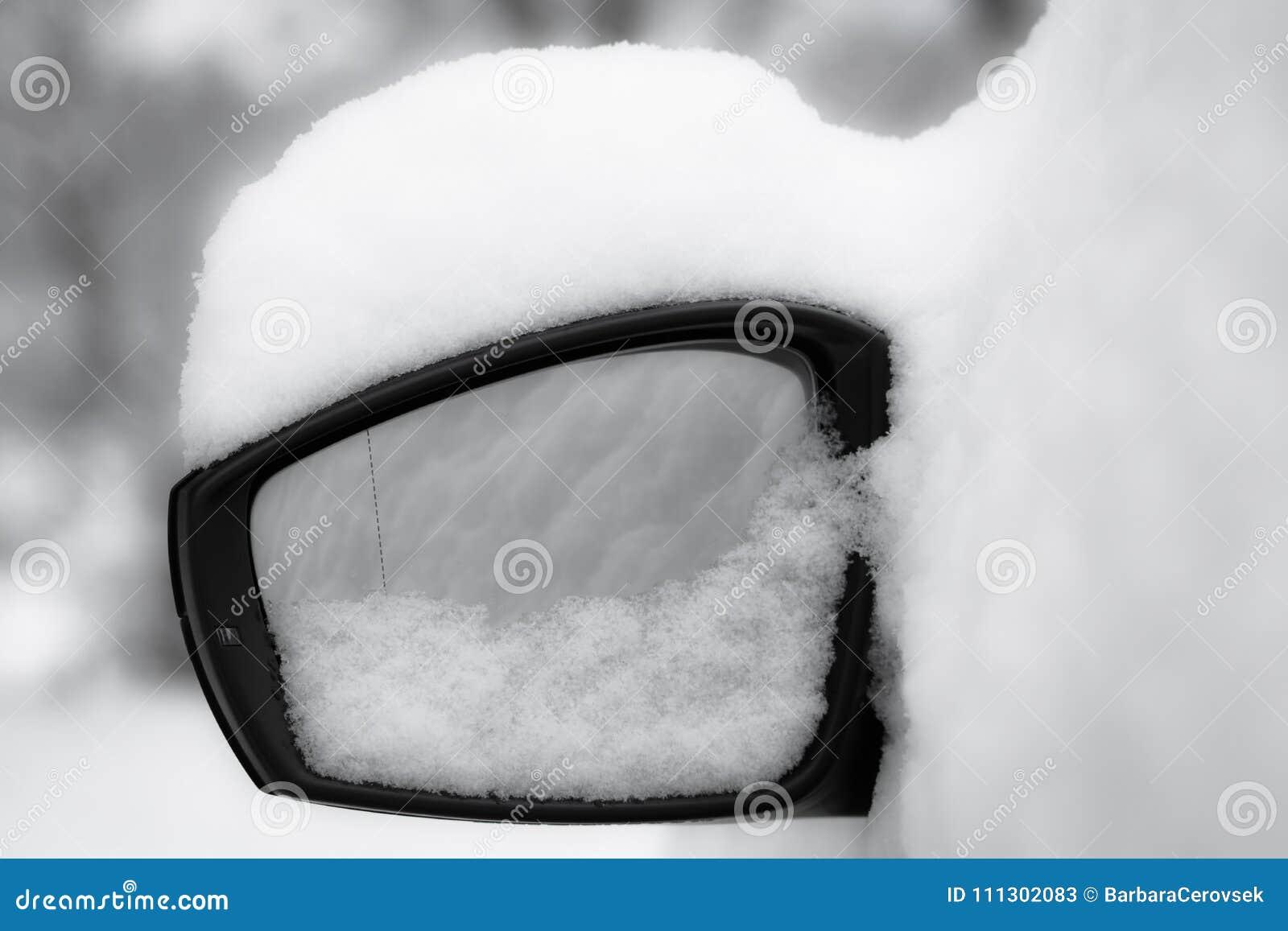 Fine dello specchietto retrovisore esterno dell automobile su, snowcapped in bianco e nero