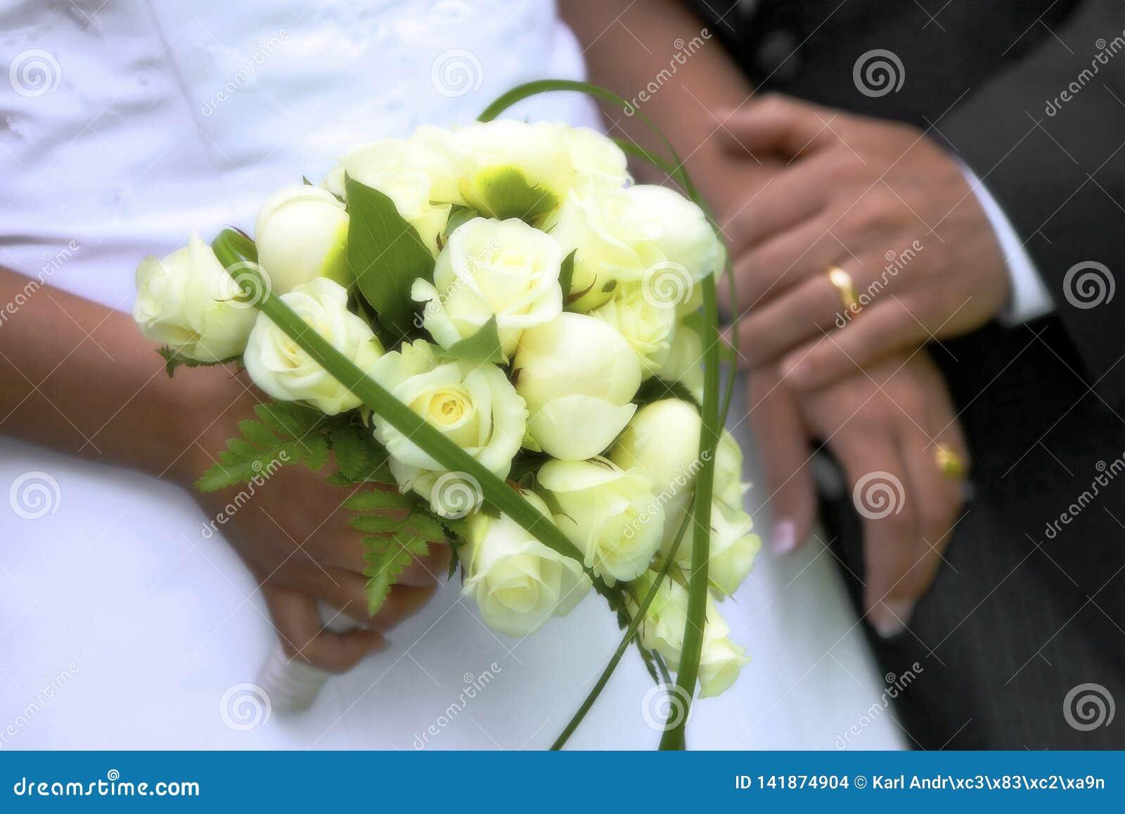 Fine di nozze di estate su con i fiori