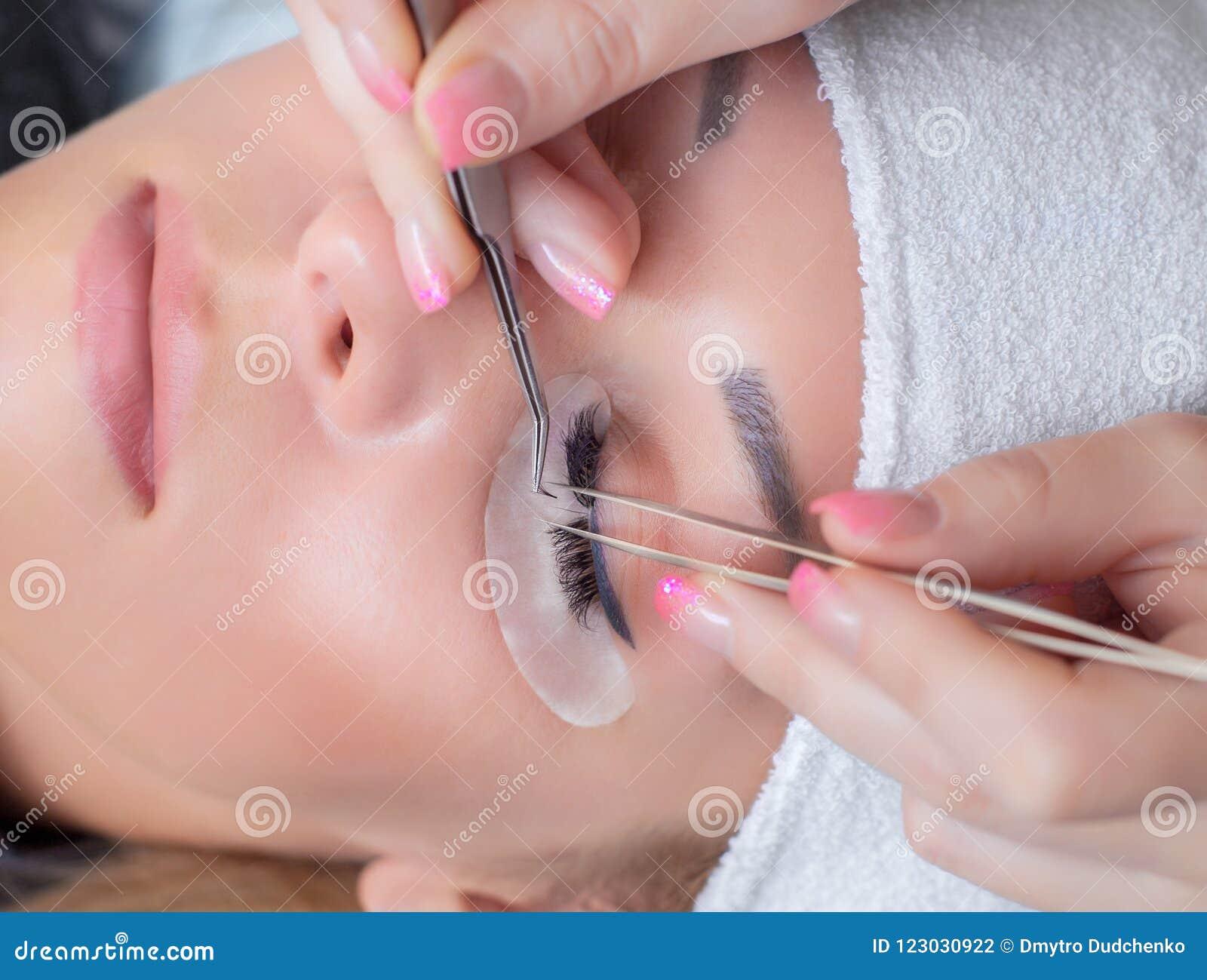 Fine di procedura di estensione del ciglio su Bella donna con le sferze lunghe