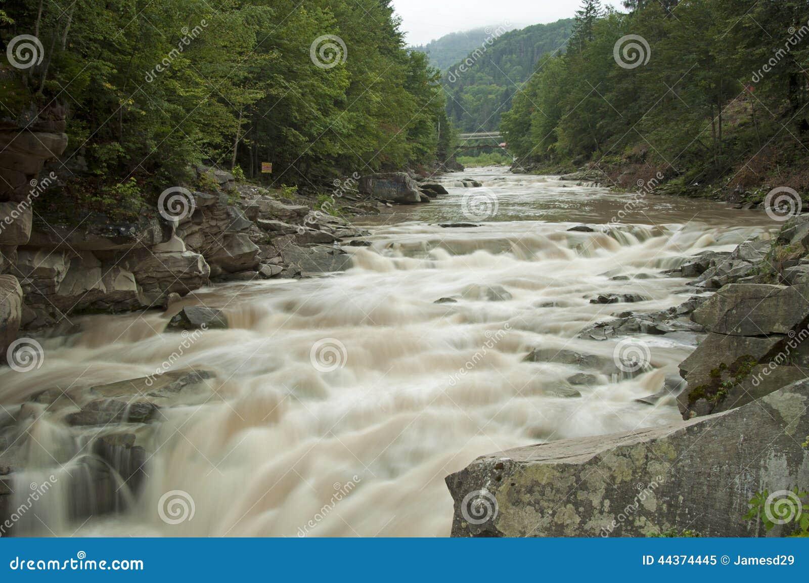 Fine potente di Probiy della cascata su in Yaremche, Ucraina