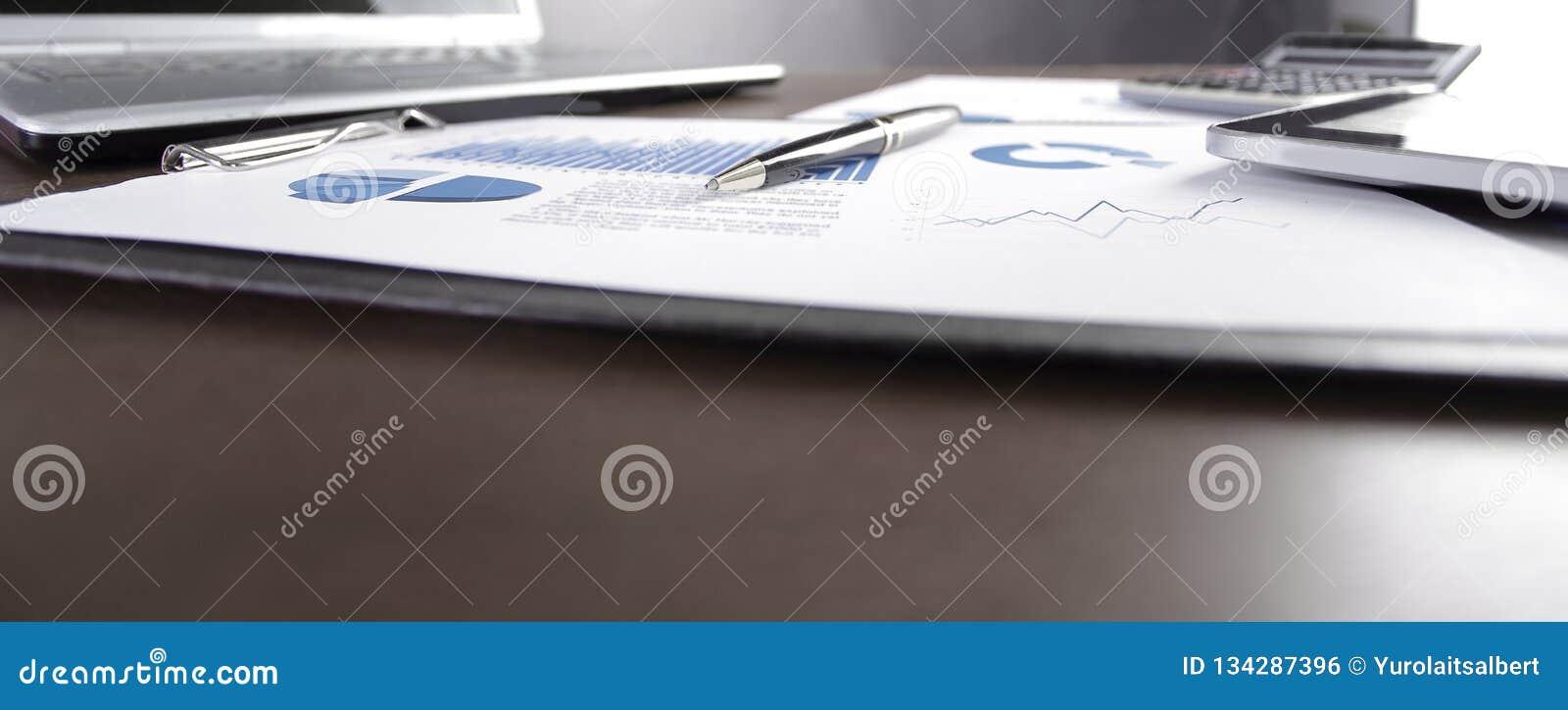 Fine in su grafico e computer portatile finanziari sul desktop