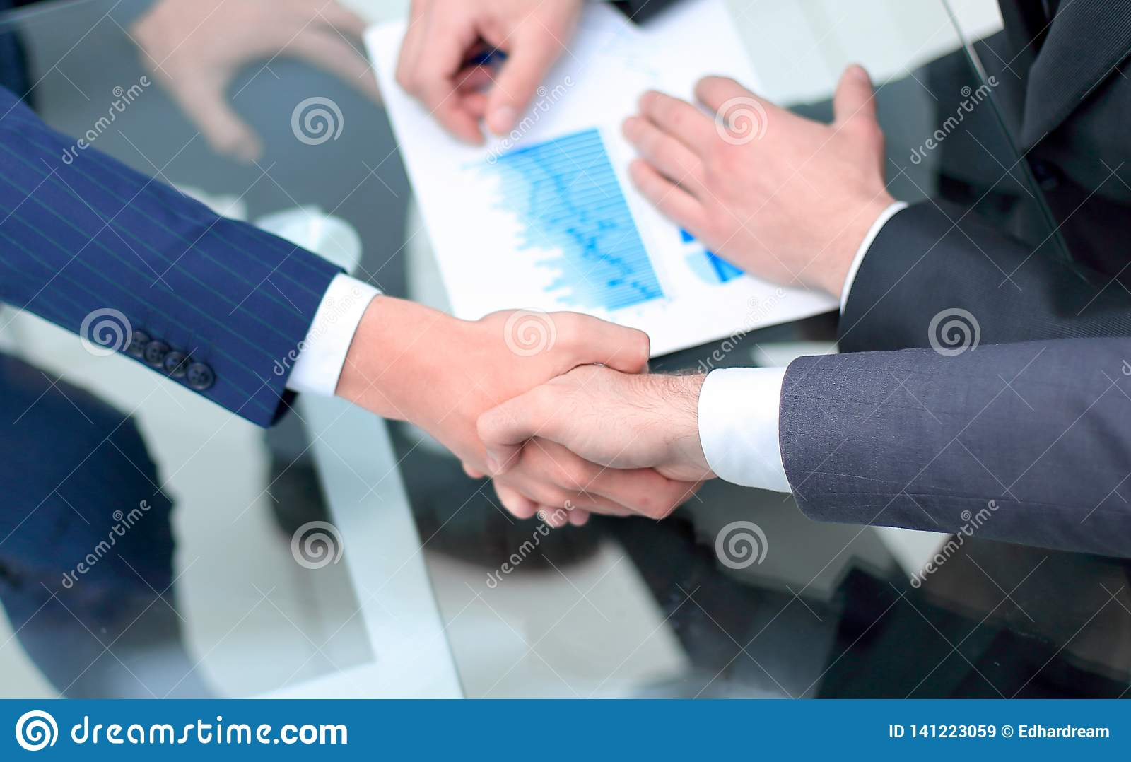 Fine in su investitore ed uomo d affari che stringono le mani