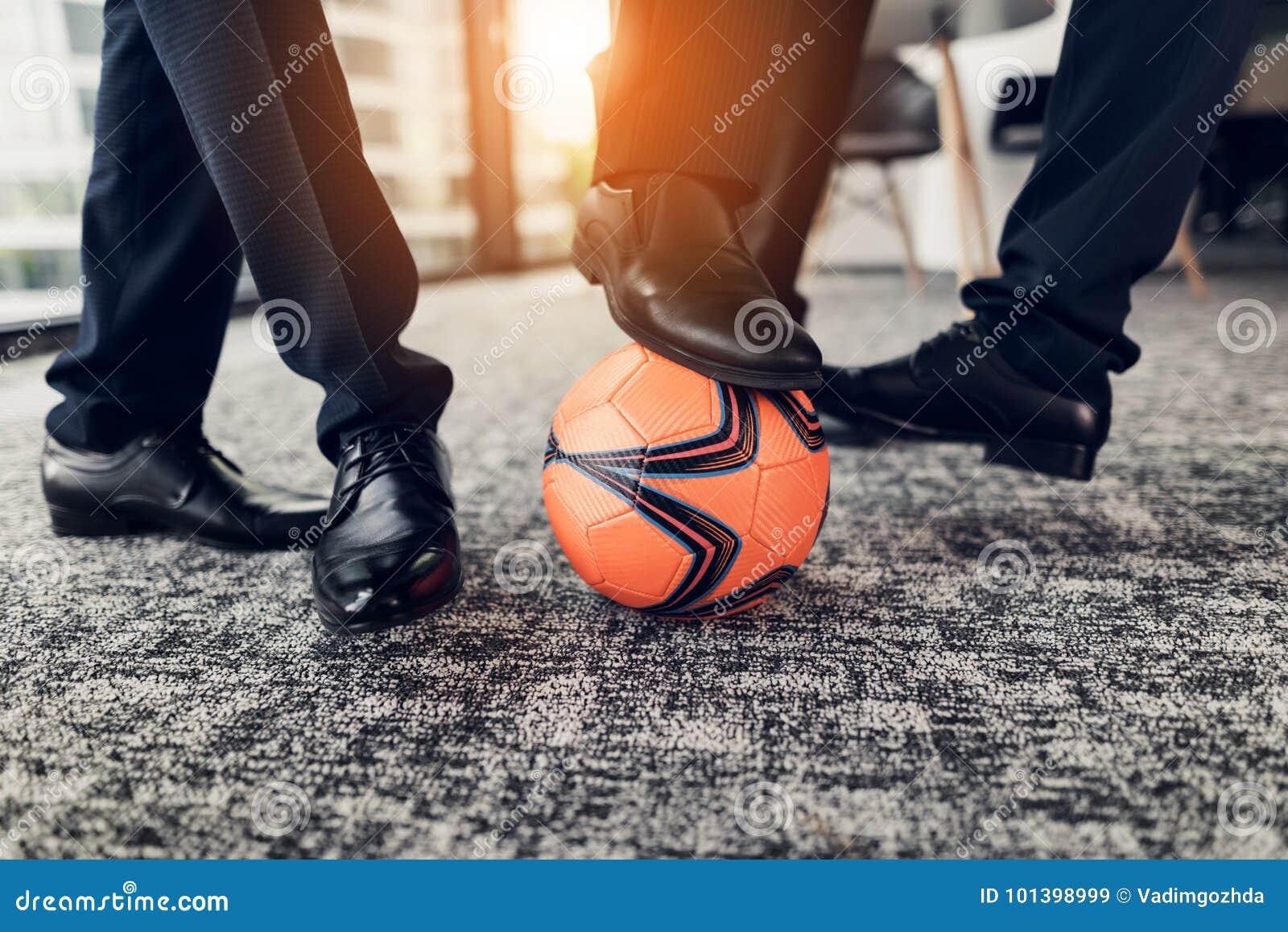 Fine In Su Tre Uomini In Pantaloni Rigorosi E Scarpe Nere Giocano Una Palla Arancio Nel Calcio Nell Ufficio Immagine Stock Immagine Di Arancio Giocano 101398999
