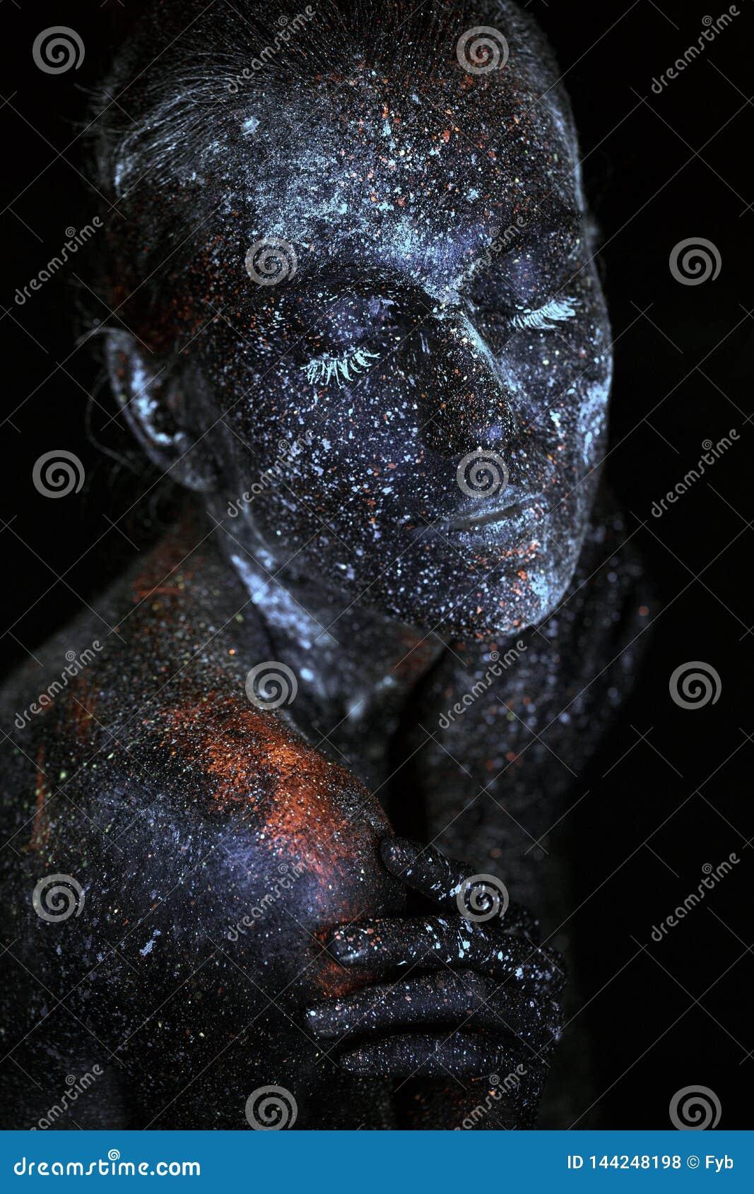Fine sullo spazio cosmico astratto UV del ritratto