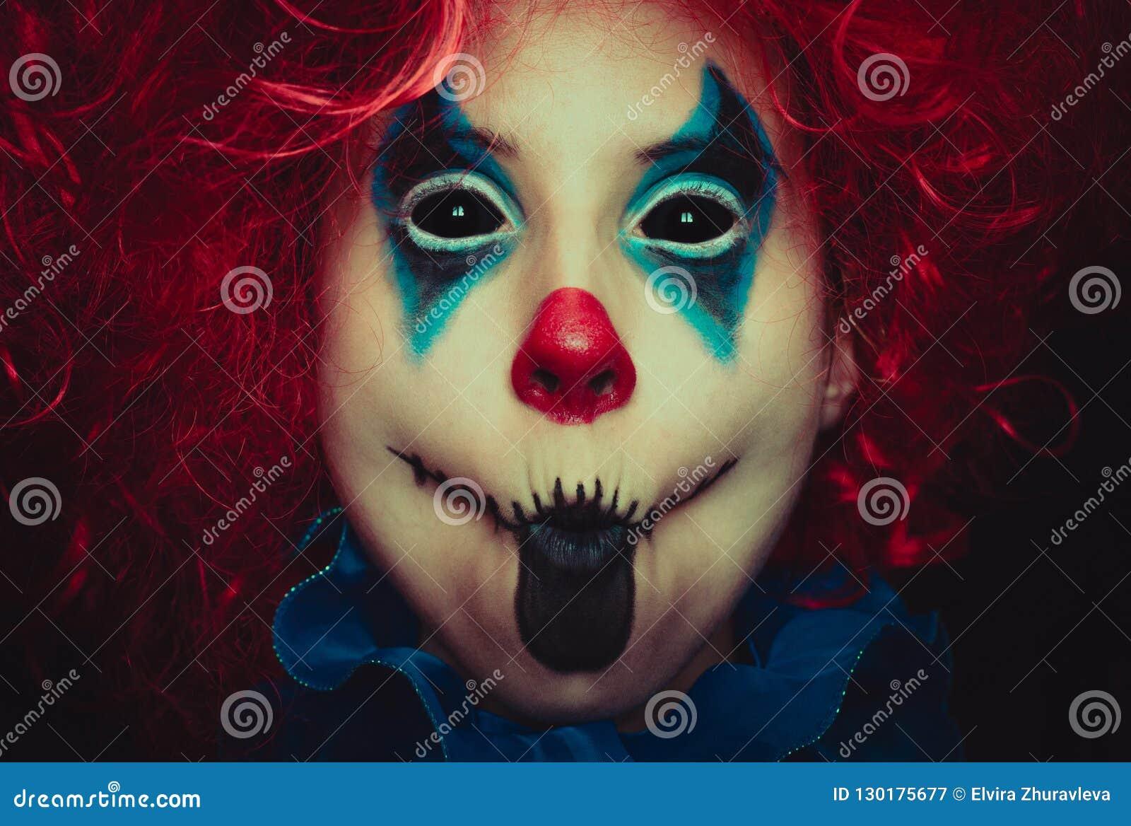 Fine terrificante del pagliaccio sul ritratto di Halloween su fondo nero
