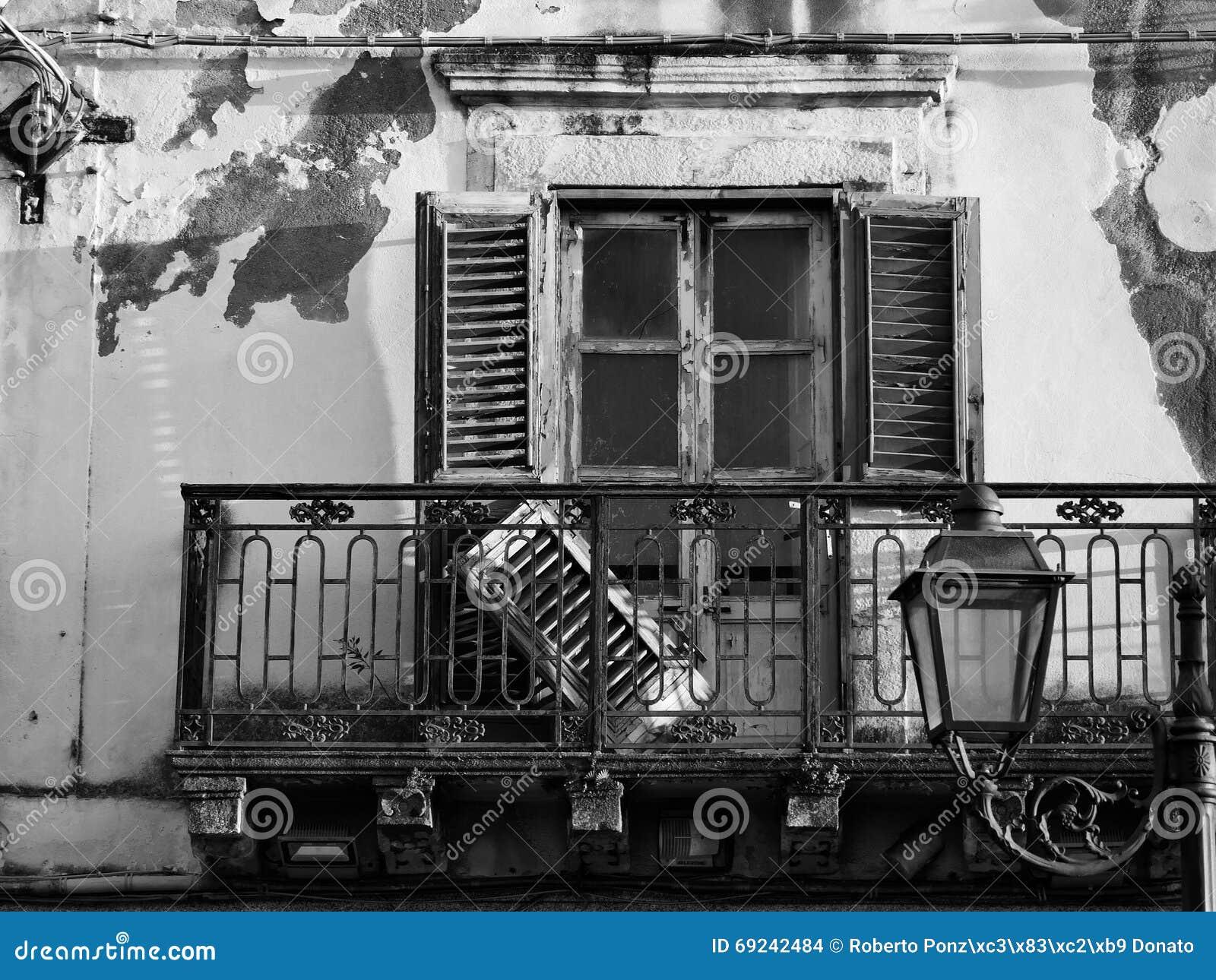 Finestra abbandonata in bianco e nero della casa con il for Finestra immagini