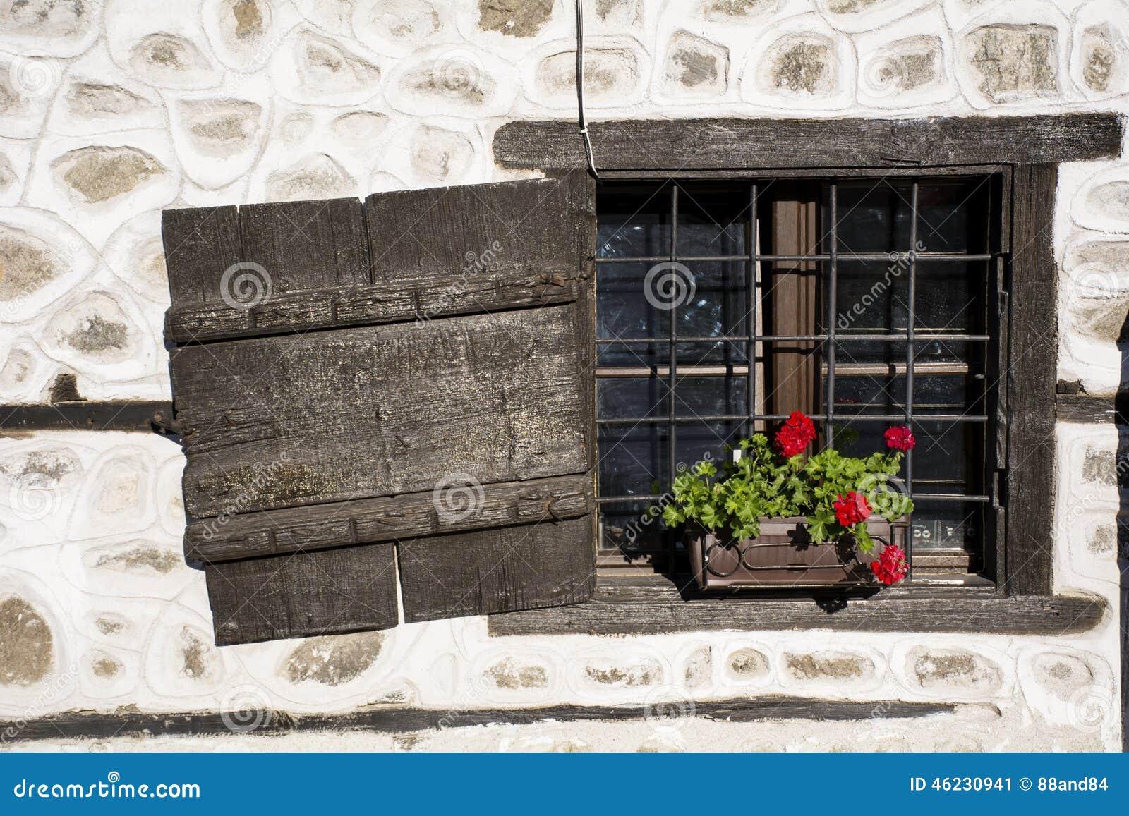 Finestra antica di legno di brown con i fiori del vaso for Finestra con fiori disegno