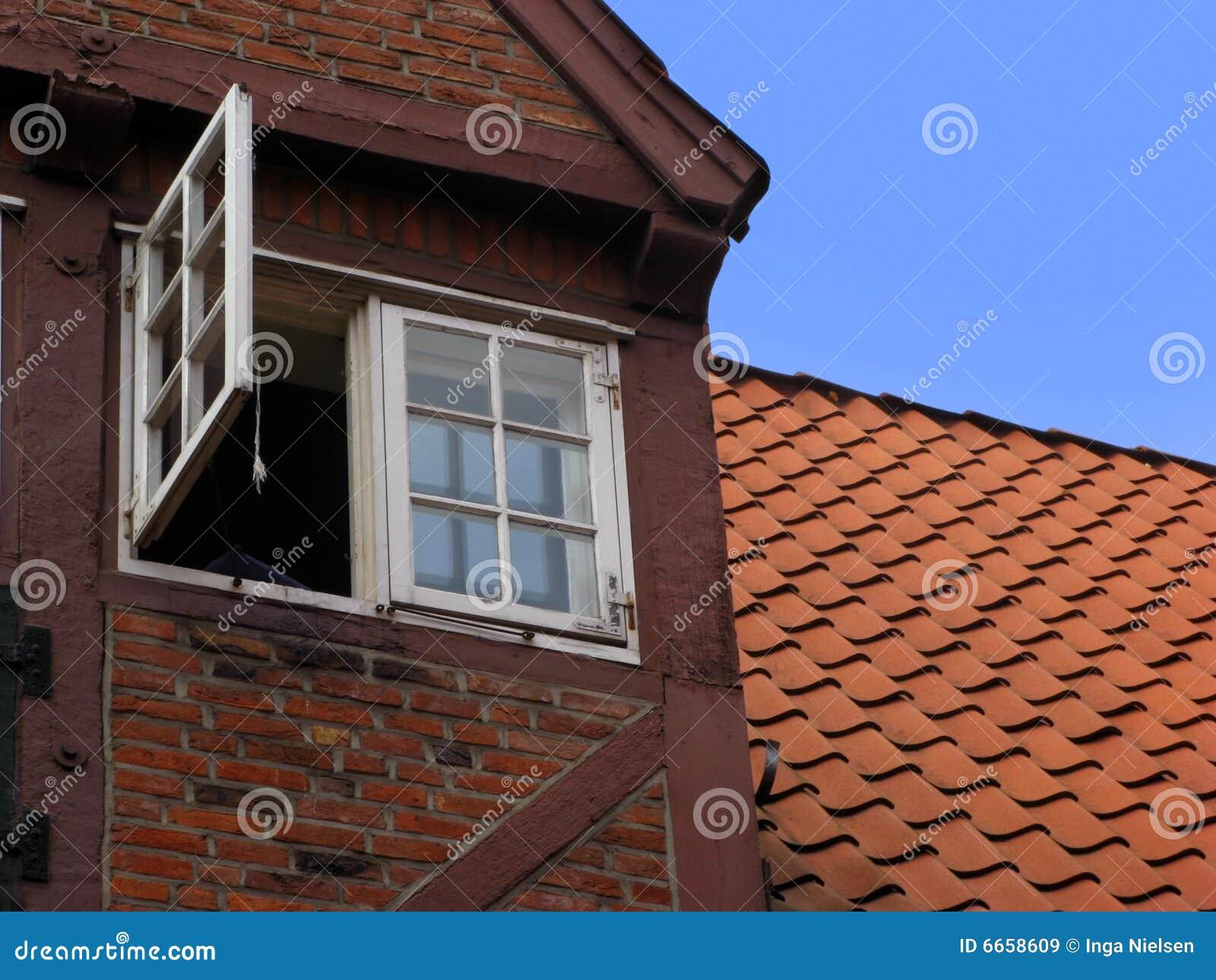 Finestra aperta immagini stock libere da diritti for Foto di case a pianta aperta