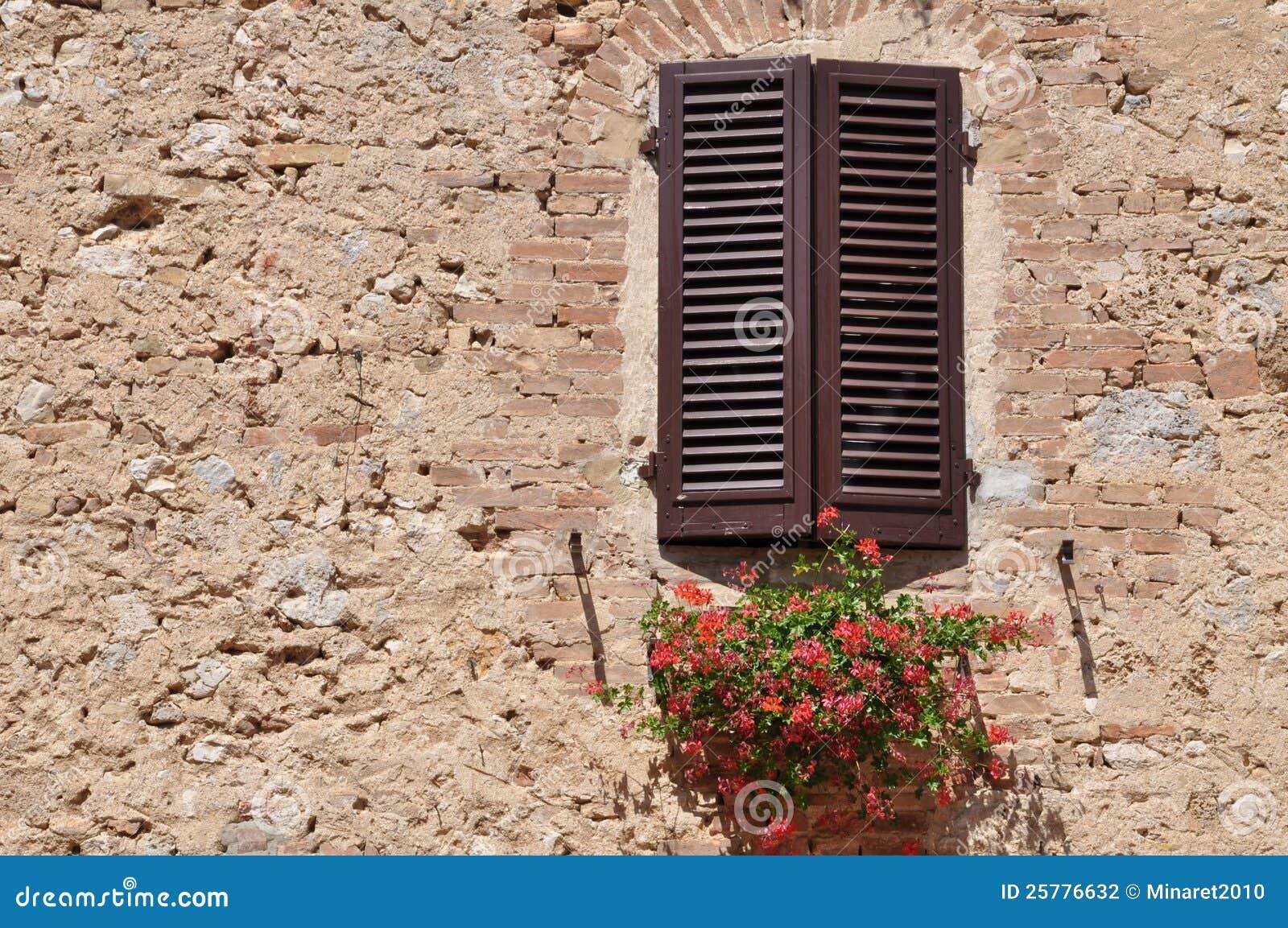 finestra chiusa su una parete di pietra fotografia stock