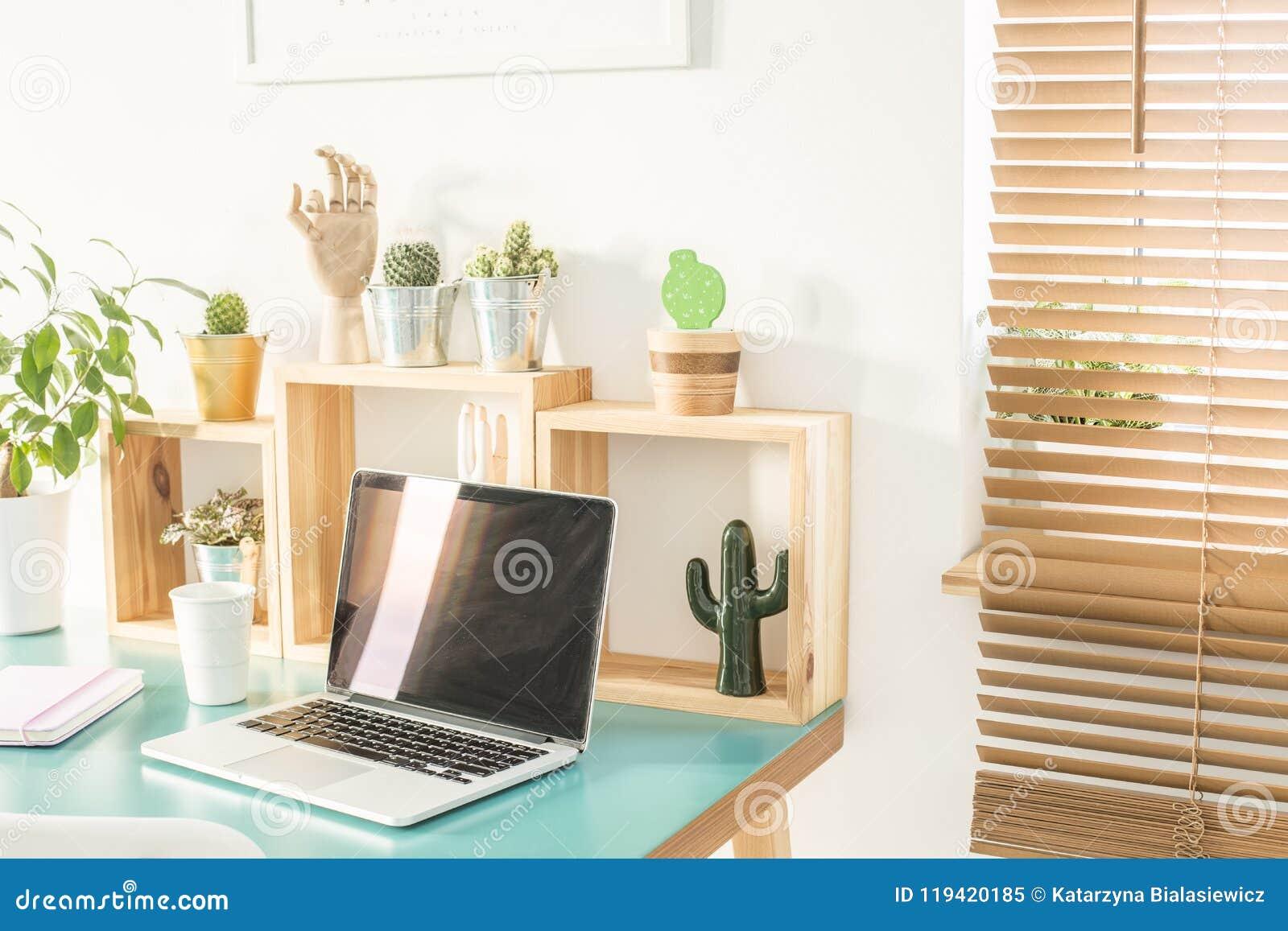 Finestra con i ciechi di legno nell interno della stanza bianca con offic domestico