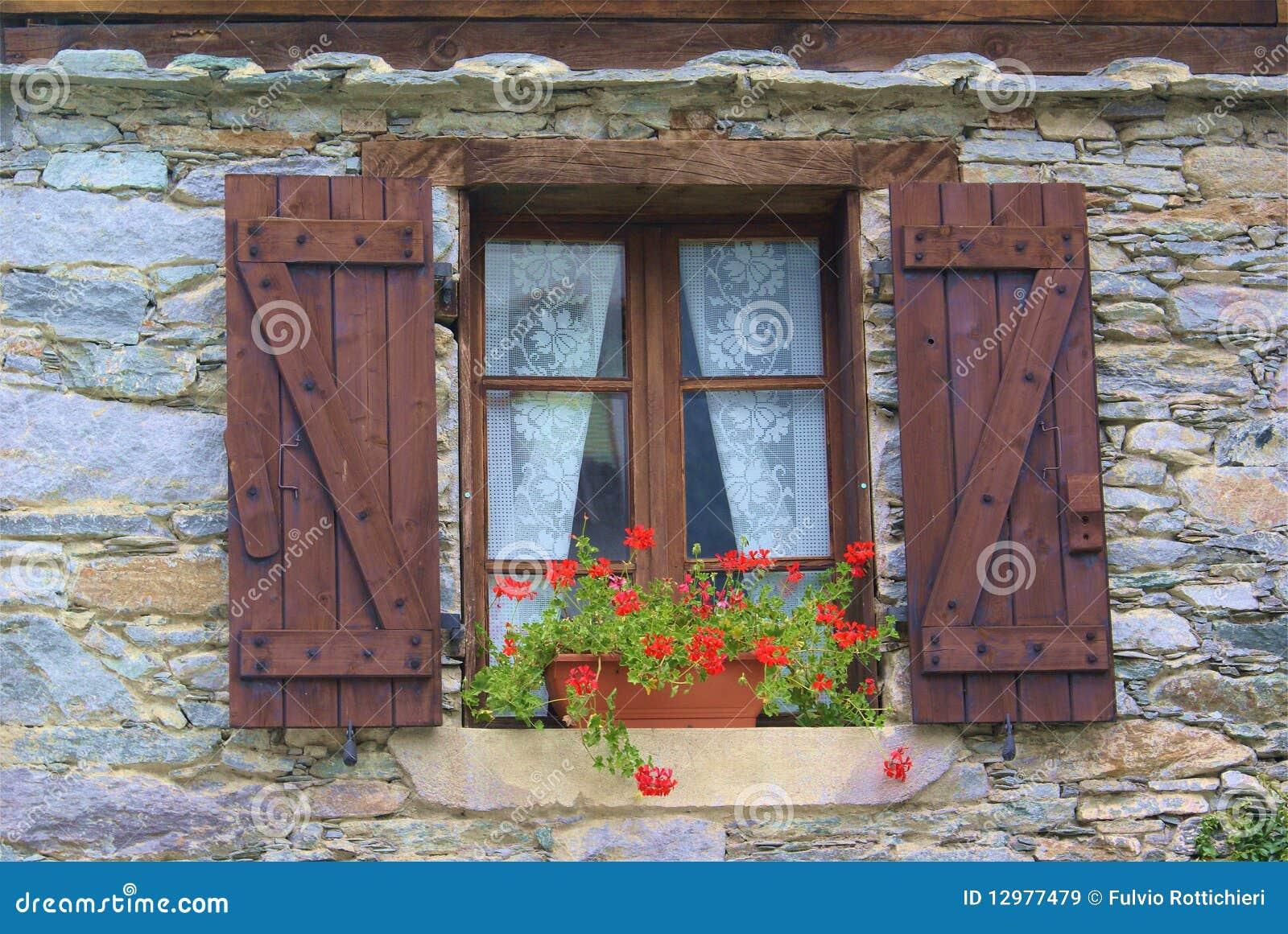 Finestra con i fiori immagine stock immagine di fiori for Finestra con fiori disegno