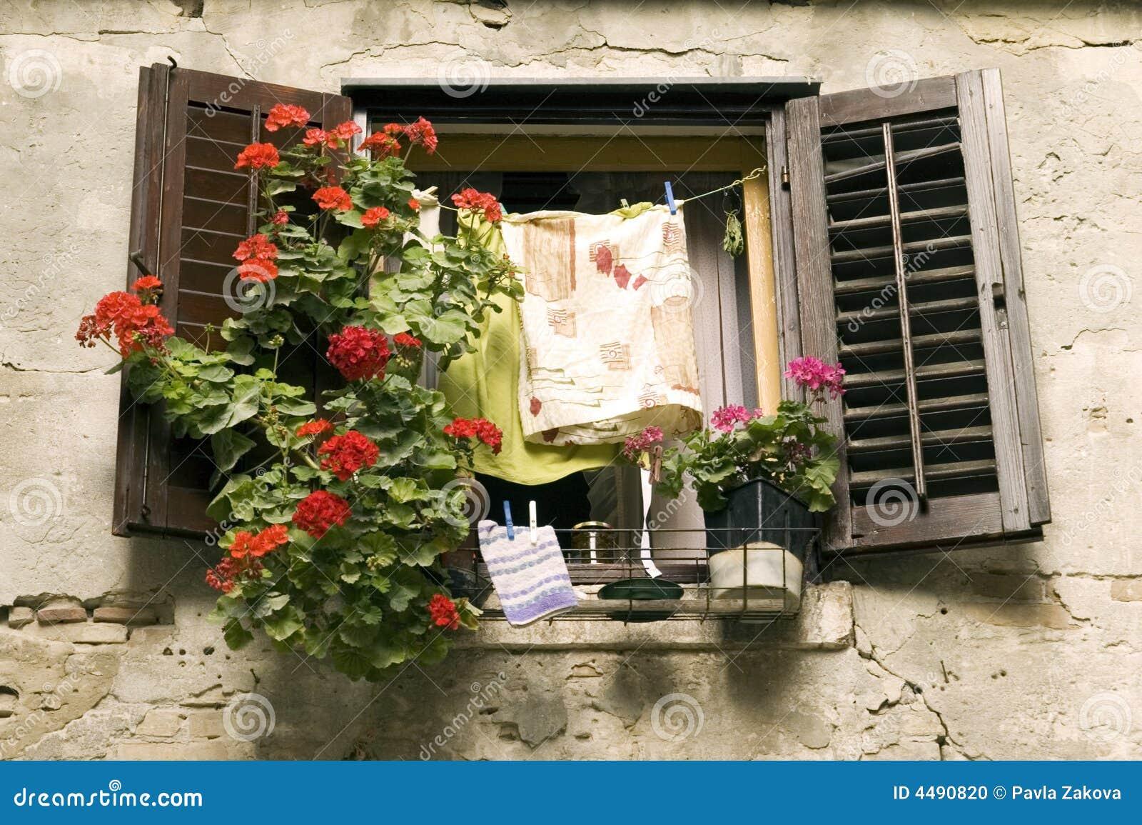 Finestra con i fiori e la lavanderia fotografia stock for Finestra con fiori disegno