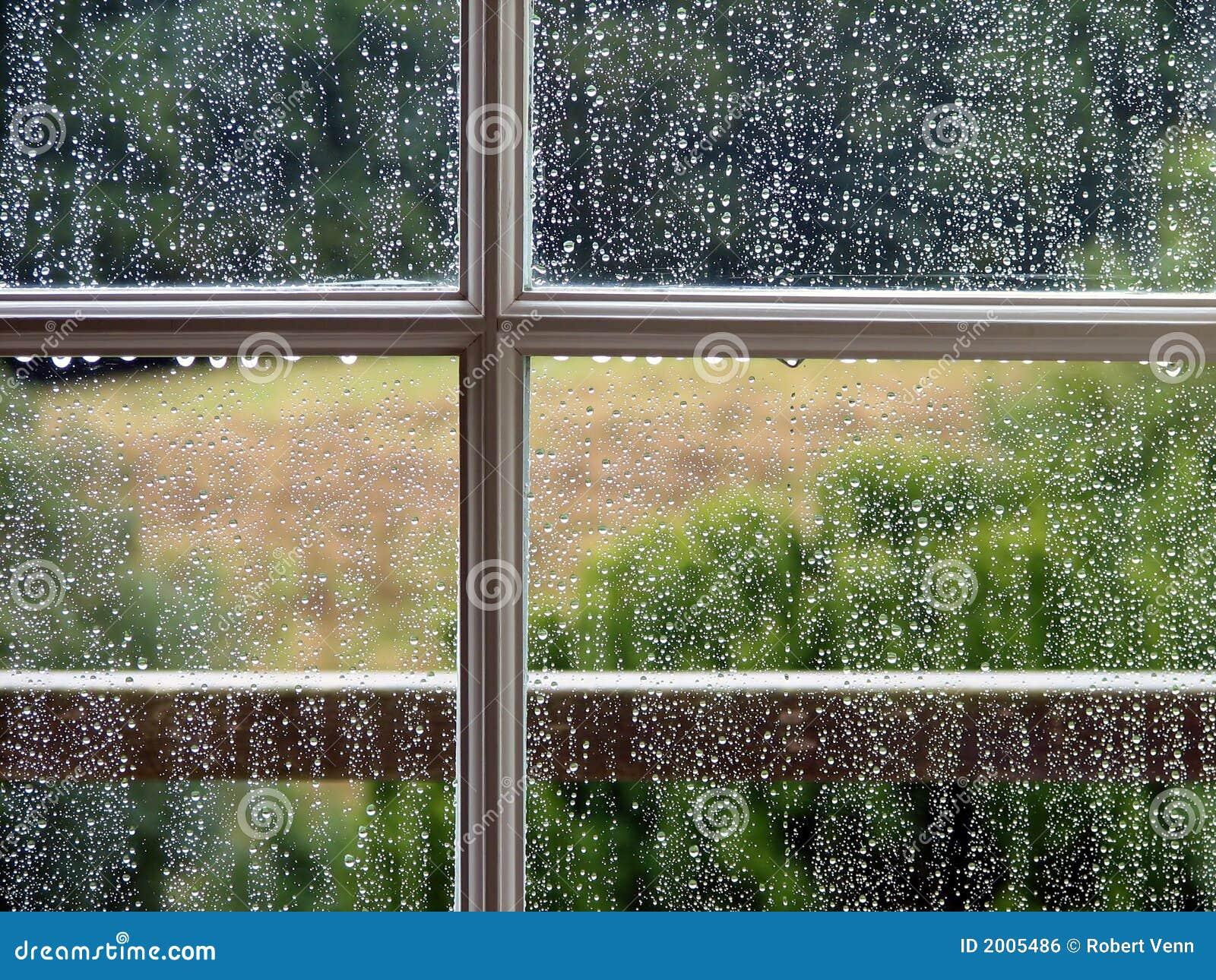 finestra con le gocce della pioggia fotografia stock