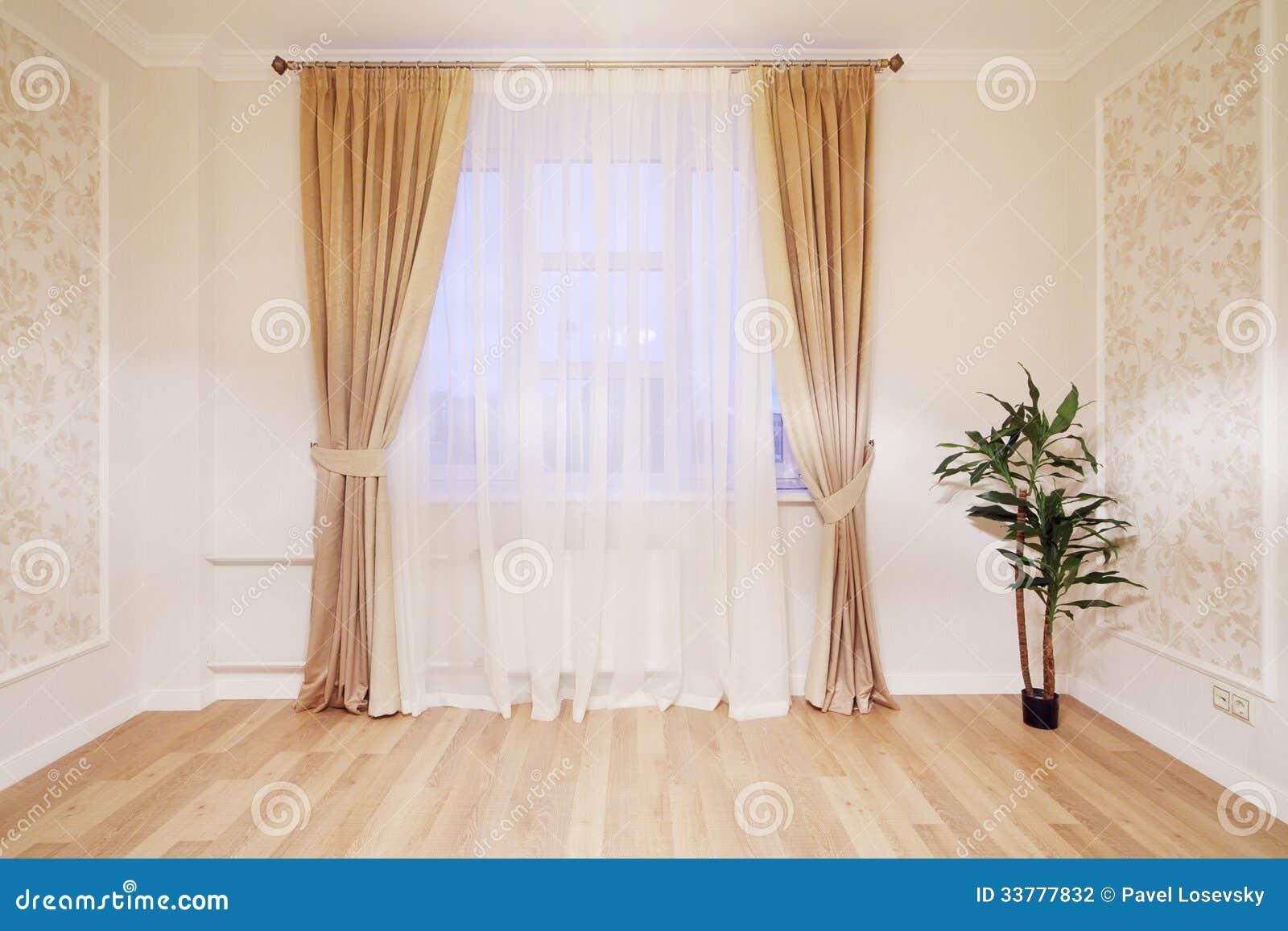 tende beige : Finestra con le tende beige nella stanza semplice con la pianta sul ...