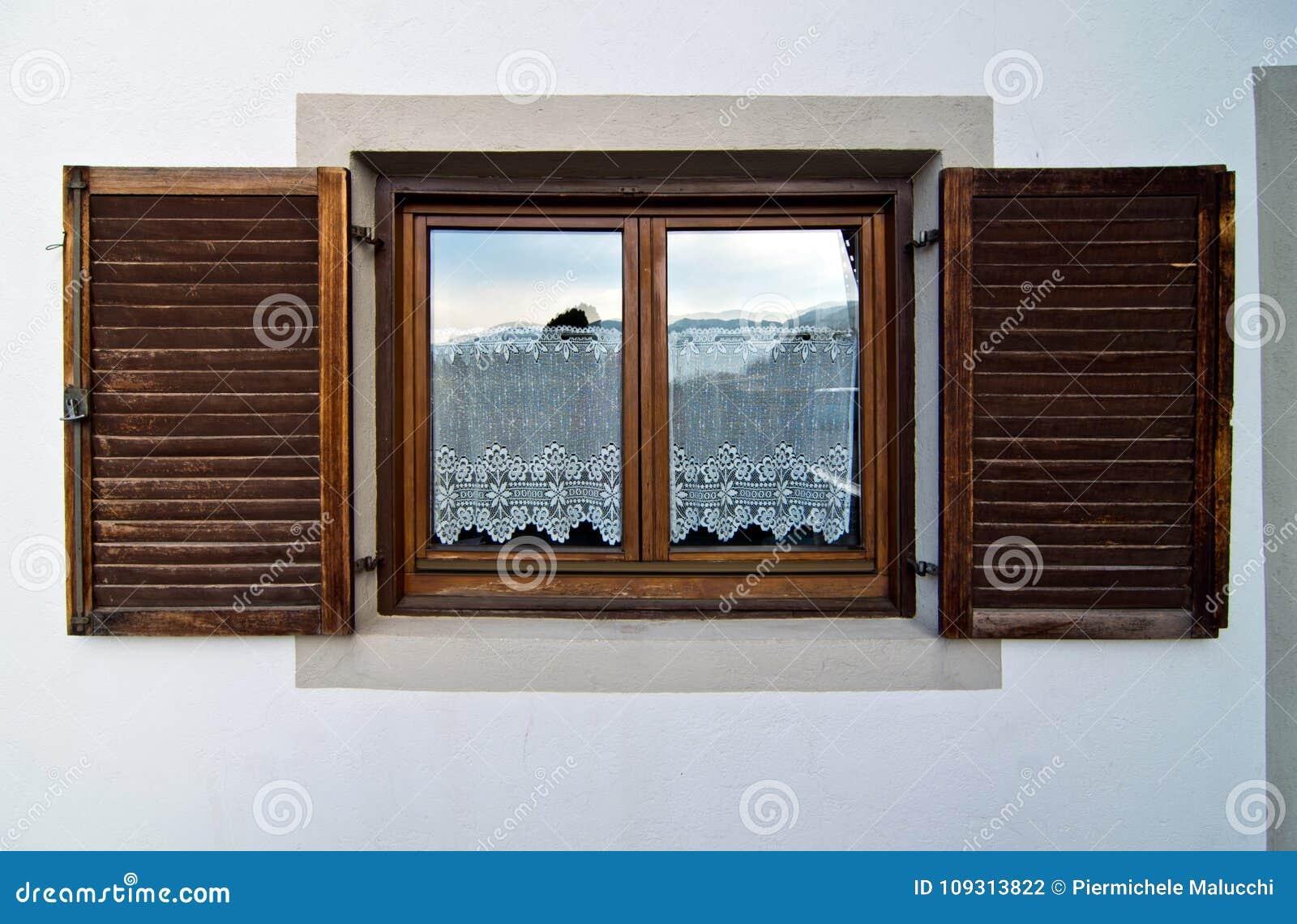 Tende Per Casa In Montagna.Finestra Della Casa Della Montagna Con Gli Otturatori Di