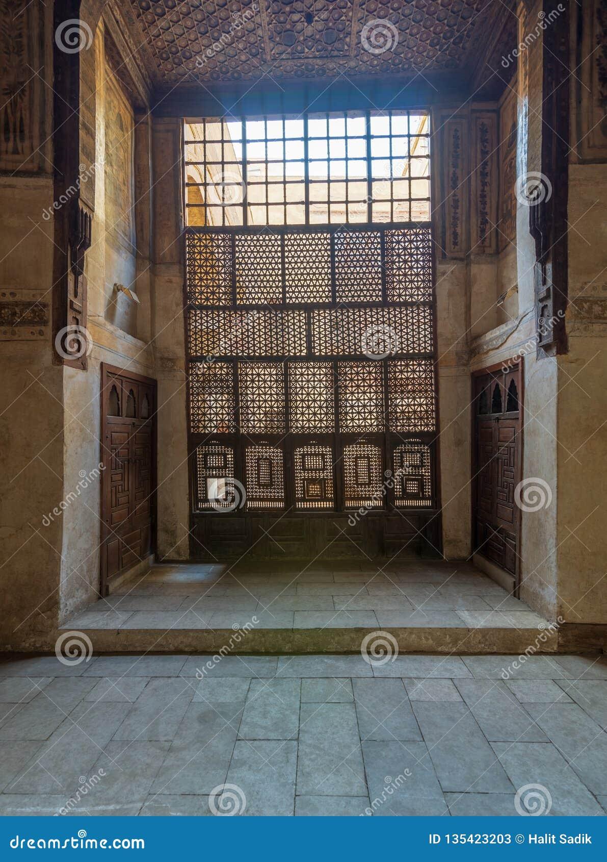 Finestra di legno interfogliata Mashrabiya e soffitto decorato di legno alla Camera storica di Waseela Hanem dell ottomano, vecch