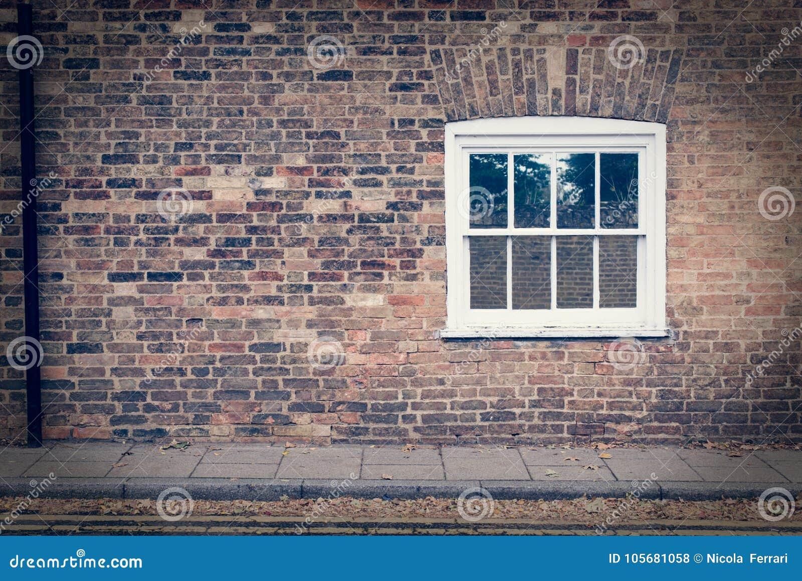 Finestra di telaio di legno bianca su un muro di mattoni - Telaio finestra legno ...