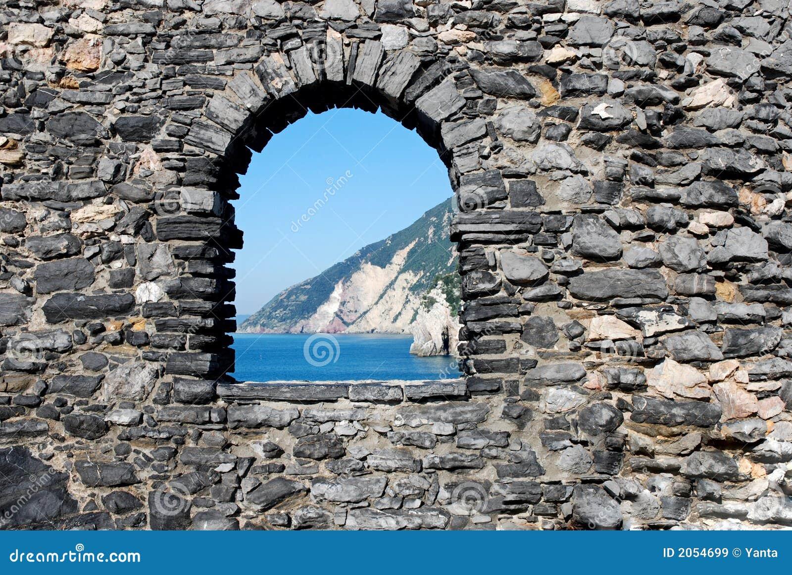 Finestra nel muro di mattoni con vista sul mare piacevole immagini stock libere da diritti - Aprire finestra muro esterno ...
