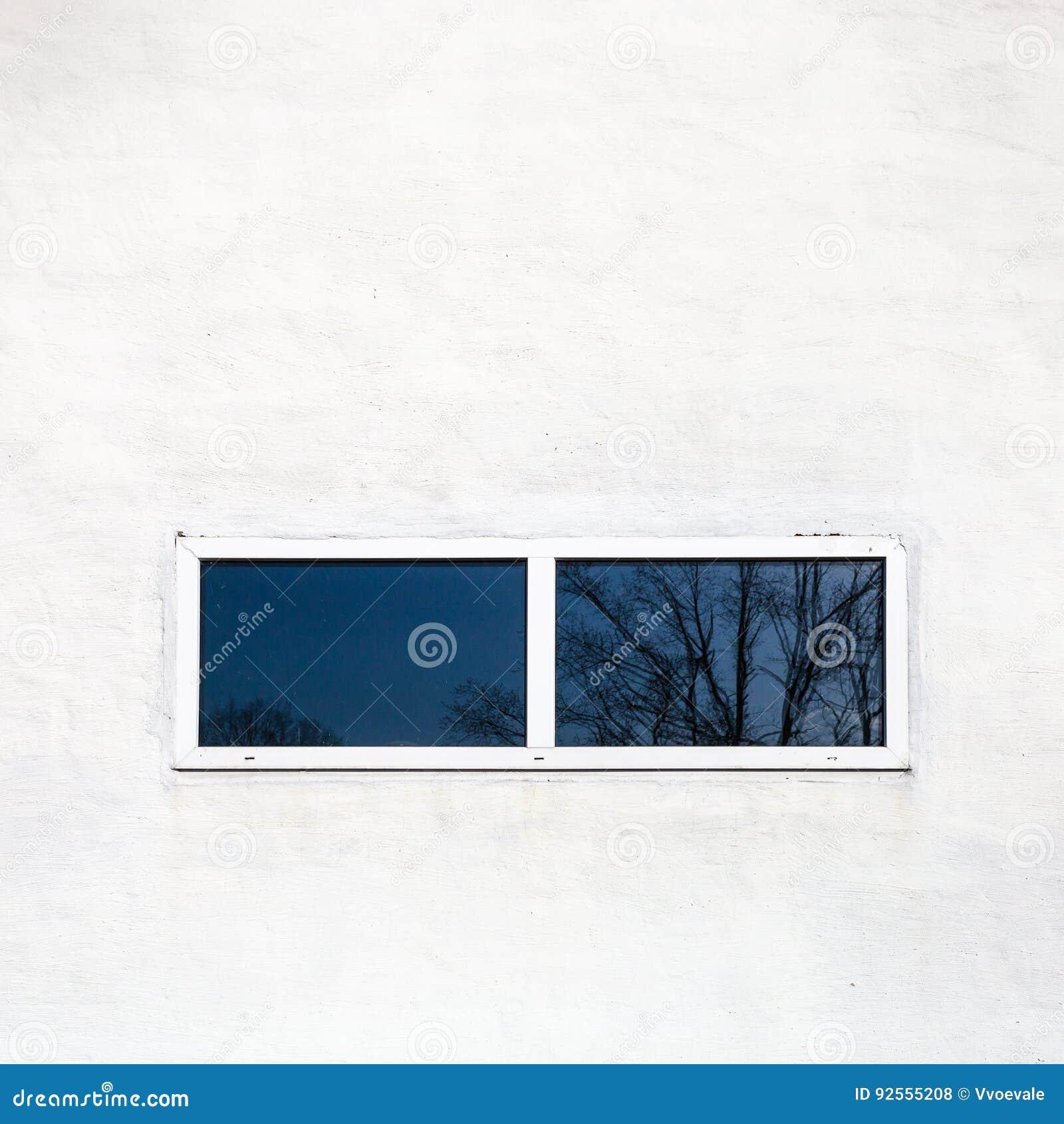 Finestra nera in parete dipinta bianco