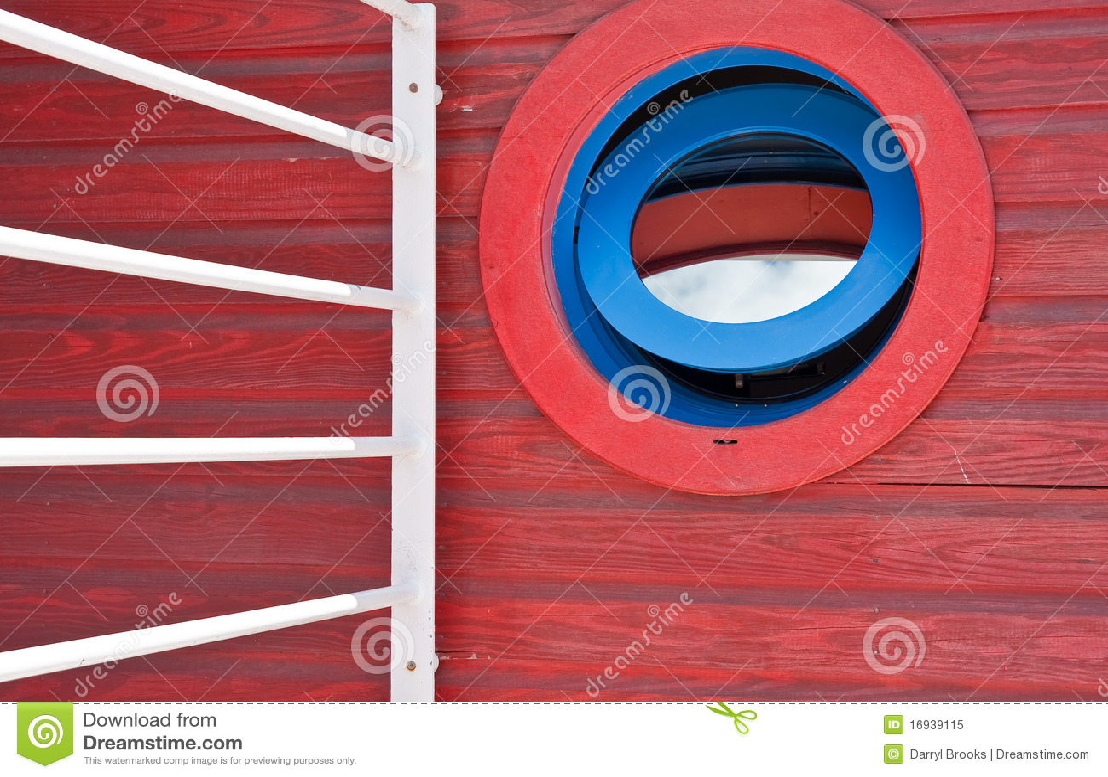 Finestra rotonda blu e rossa in una parete di legno rossa - Finestra ovale e finestra rotonda ...