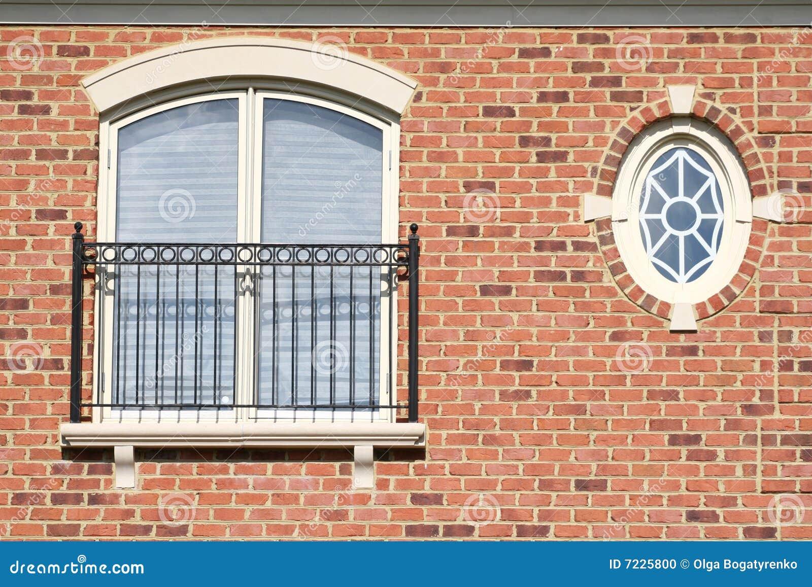 Finestra rotonda muro di mattoni balcone fotografia for Finestra balcone