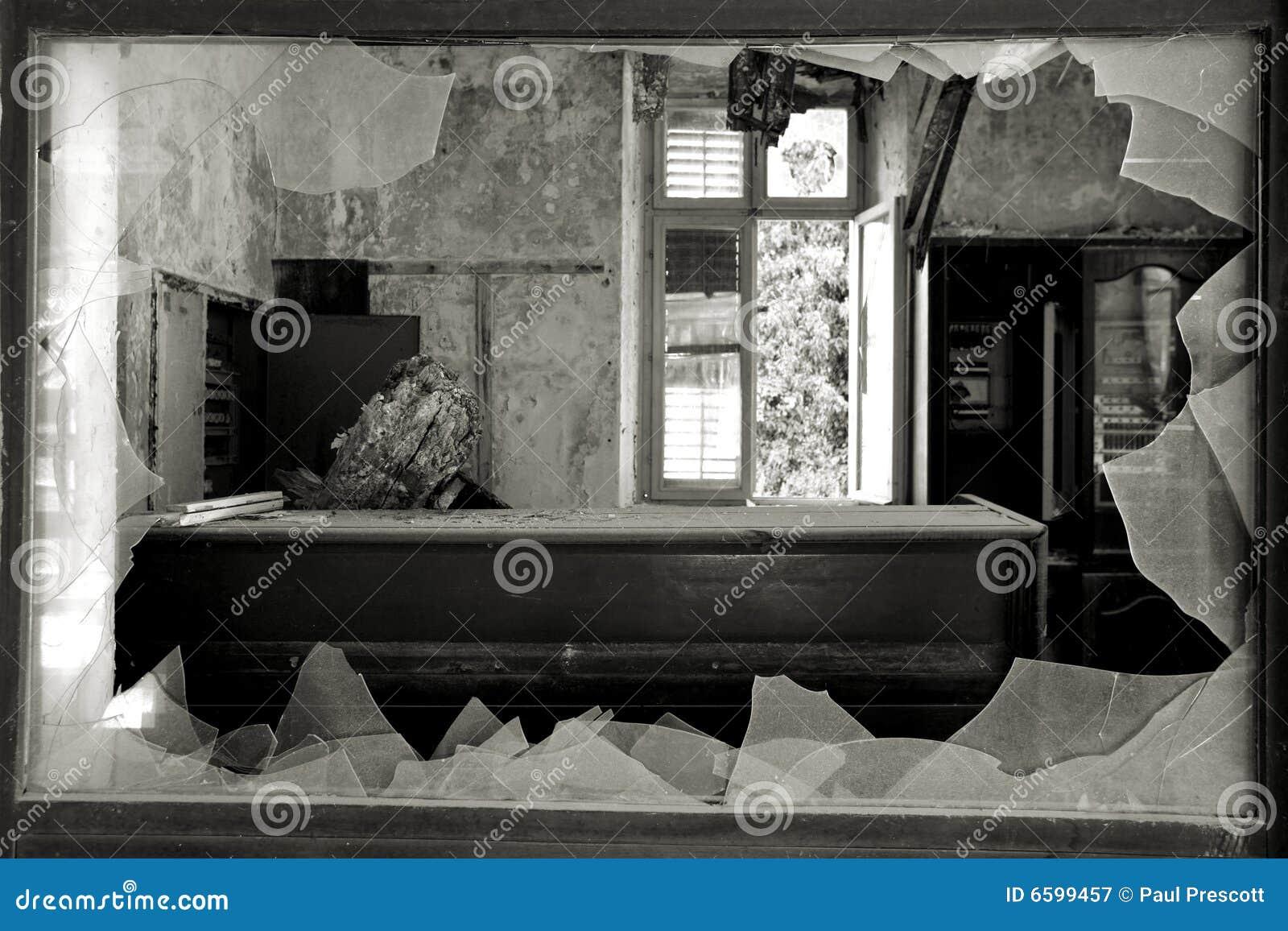 Finestra rotta in un hotel abbandonato fotografia stock libera da diritti immagine 6599457 - La finestra rotta ...