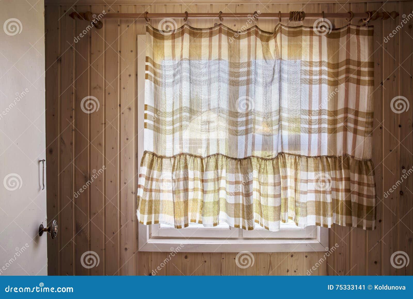 Finestra rustica dall 39 interno della casa chiusa dalle tende immagine stock immagine di vivere - Coibentare casa dall interno ...