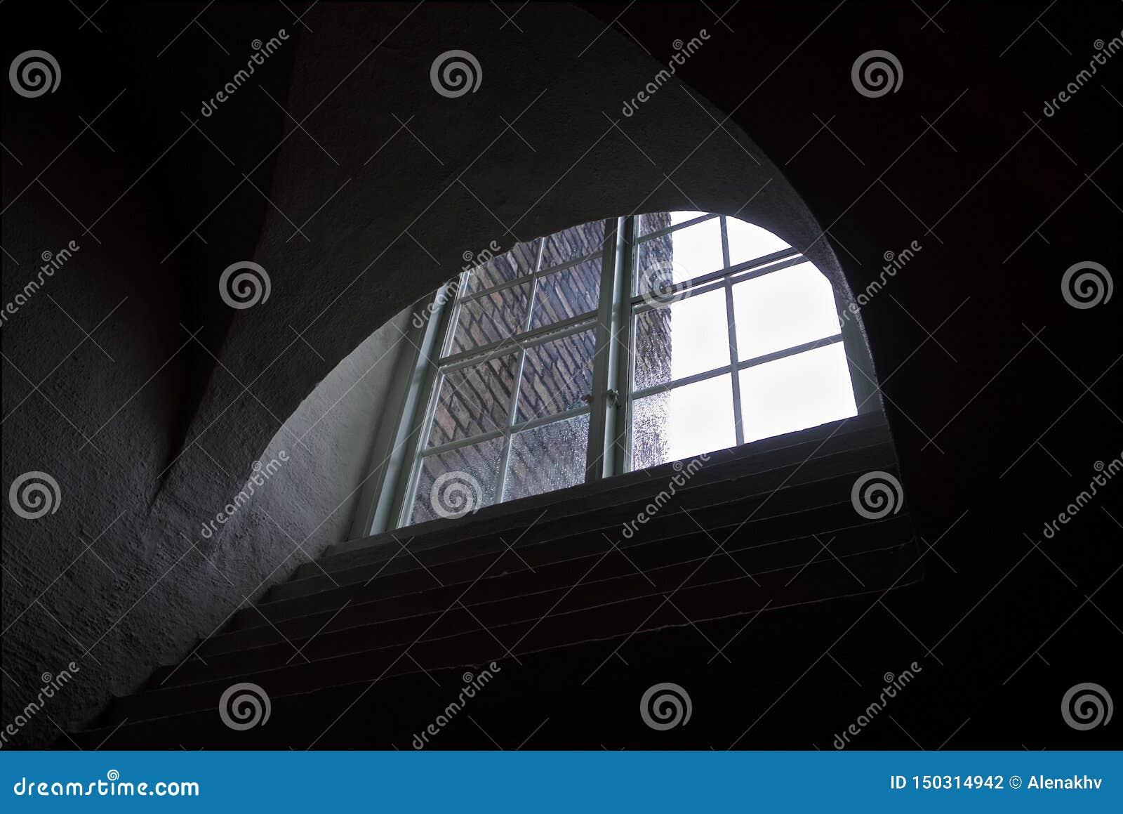 Finestra semicircolare grafica di vecchia casa