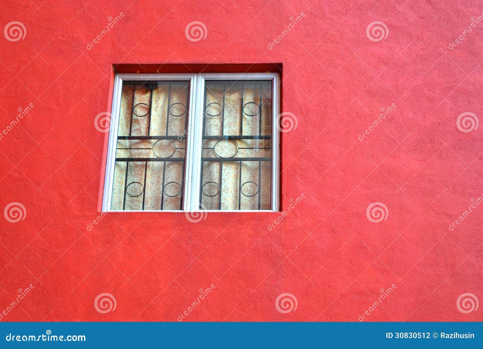 Finestra su una vecchia parete rossa