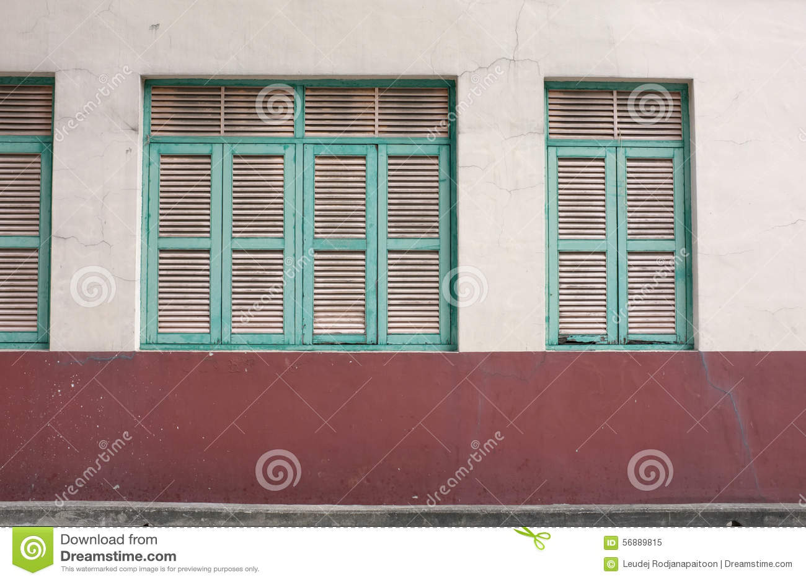 Finestra verde d annata sulla parete invecchiata