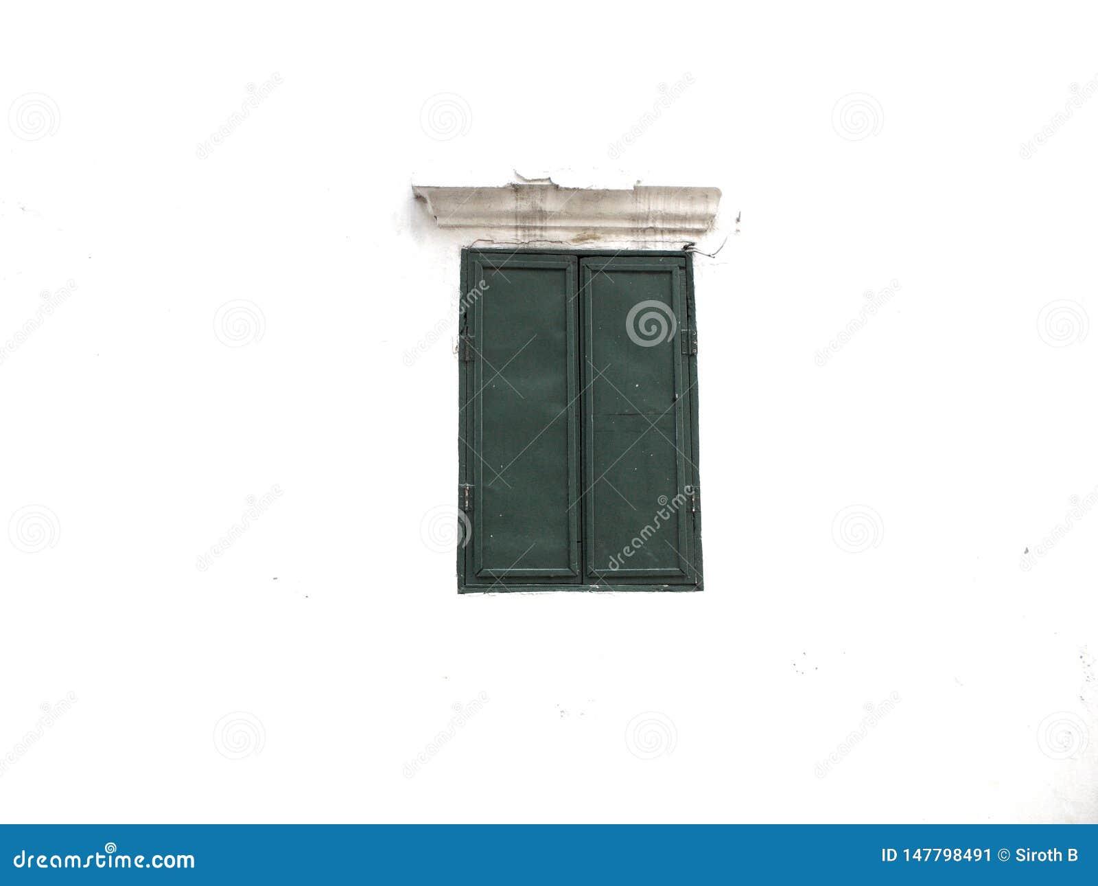 Finestra verde sul fondo del cemento bianco