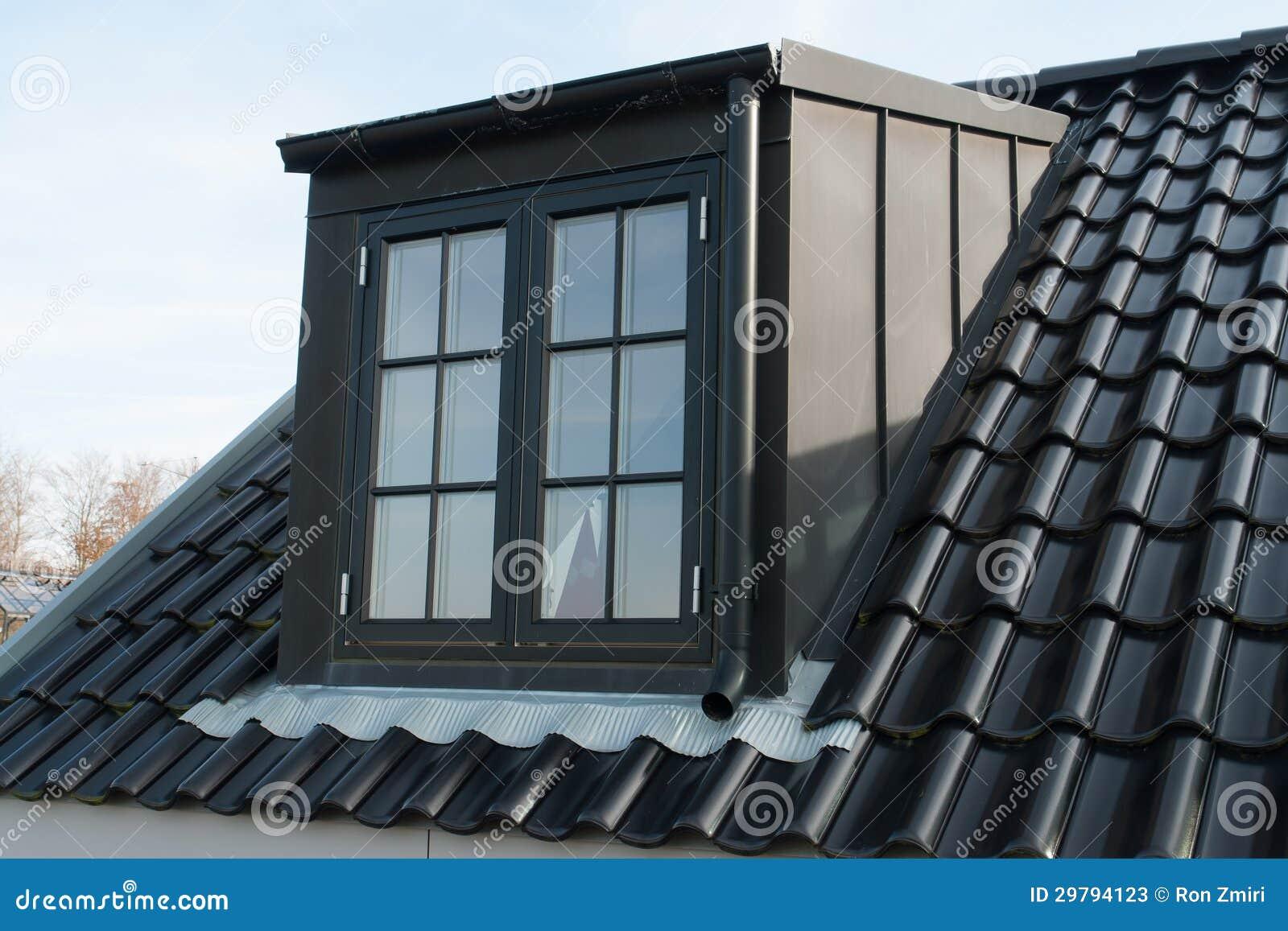Finestra verticale moderna del tetto immagine stock for Finestra scorrevole verticale