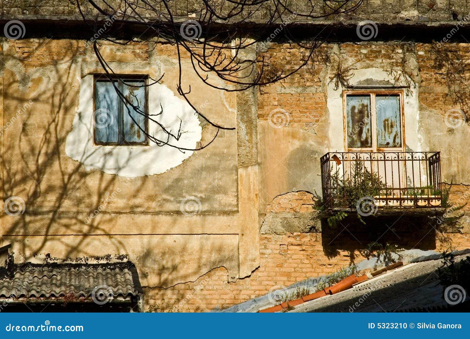 Download Finestre decadute fotografia stock. Immagine di nubi, balcone - 5323210