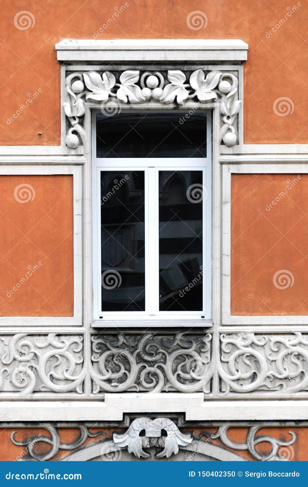 Finestre decorate in una costruzione antica della città di Genova