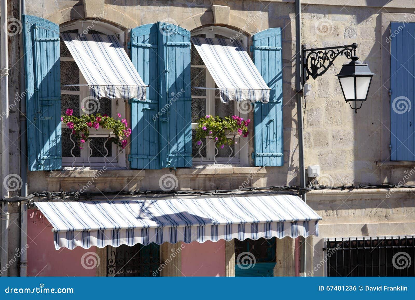 Finestre del cottage del villaggio di stile della francia for Architettura in stile cottage