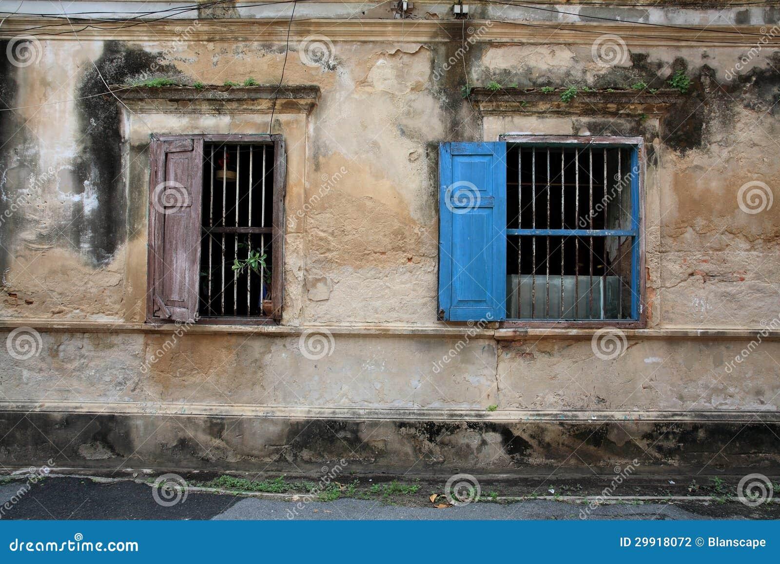 Finestre di legno antiche sulla parete di lerciume - Finestre di legno prezzi ...