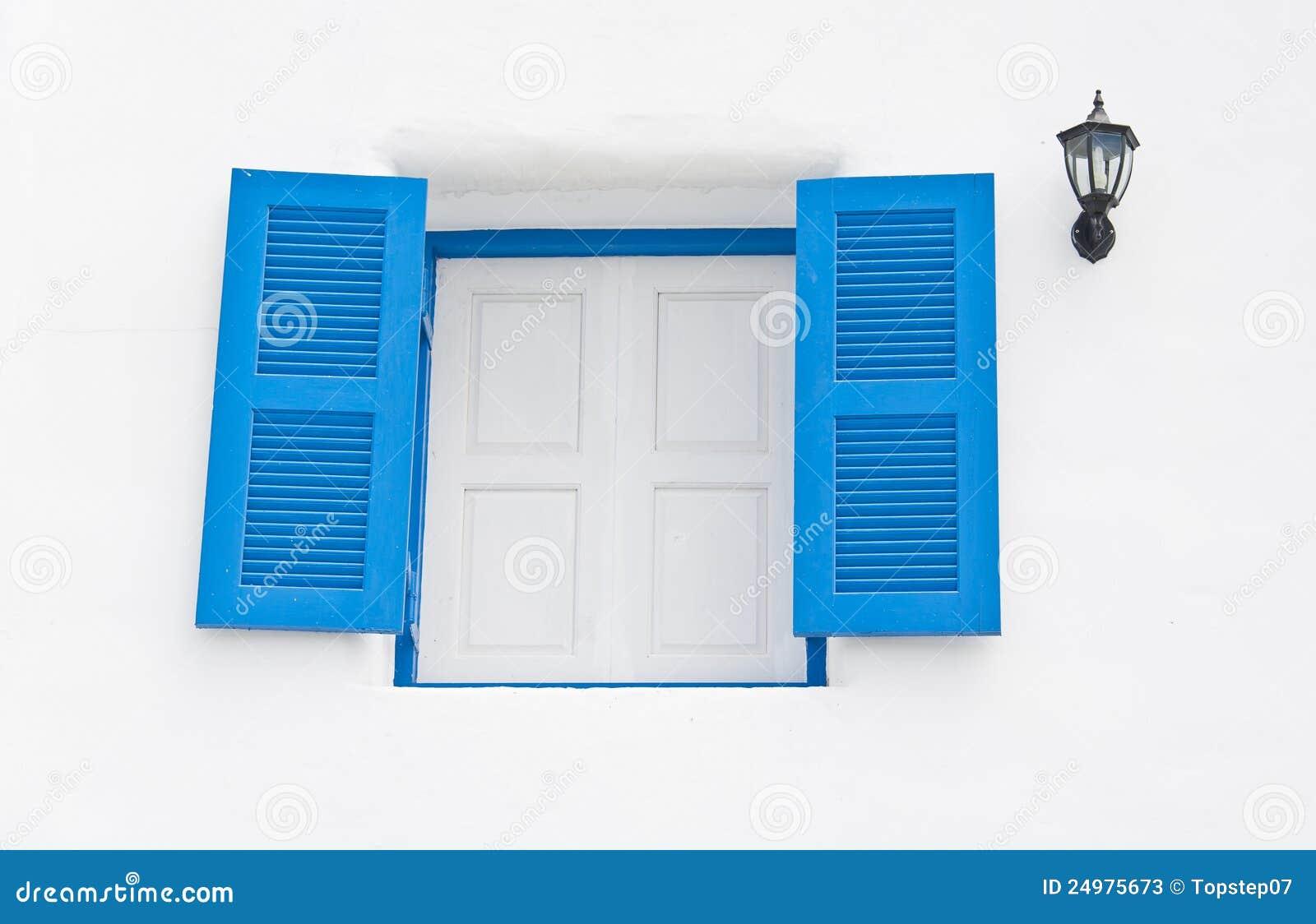 Finestre di legno blu con la lanterna in costruzione for Finestre di legno