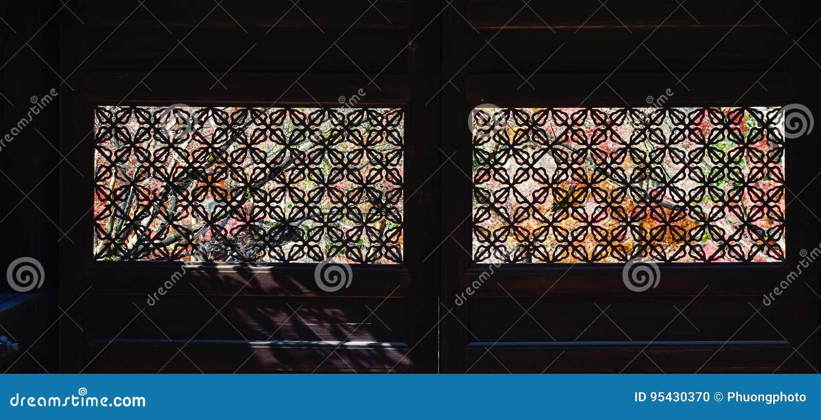 Decorazione Finestre Autunno : Finestre di legno giapponesi con le decorazioni fotografia stock