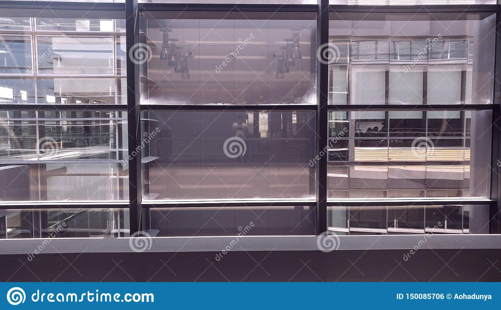 Finestre interne simmetriche dell edificio per uffici