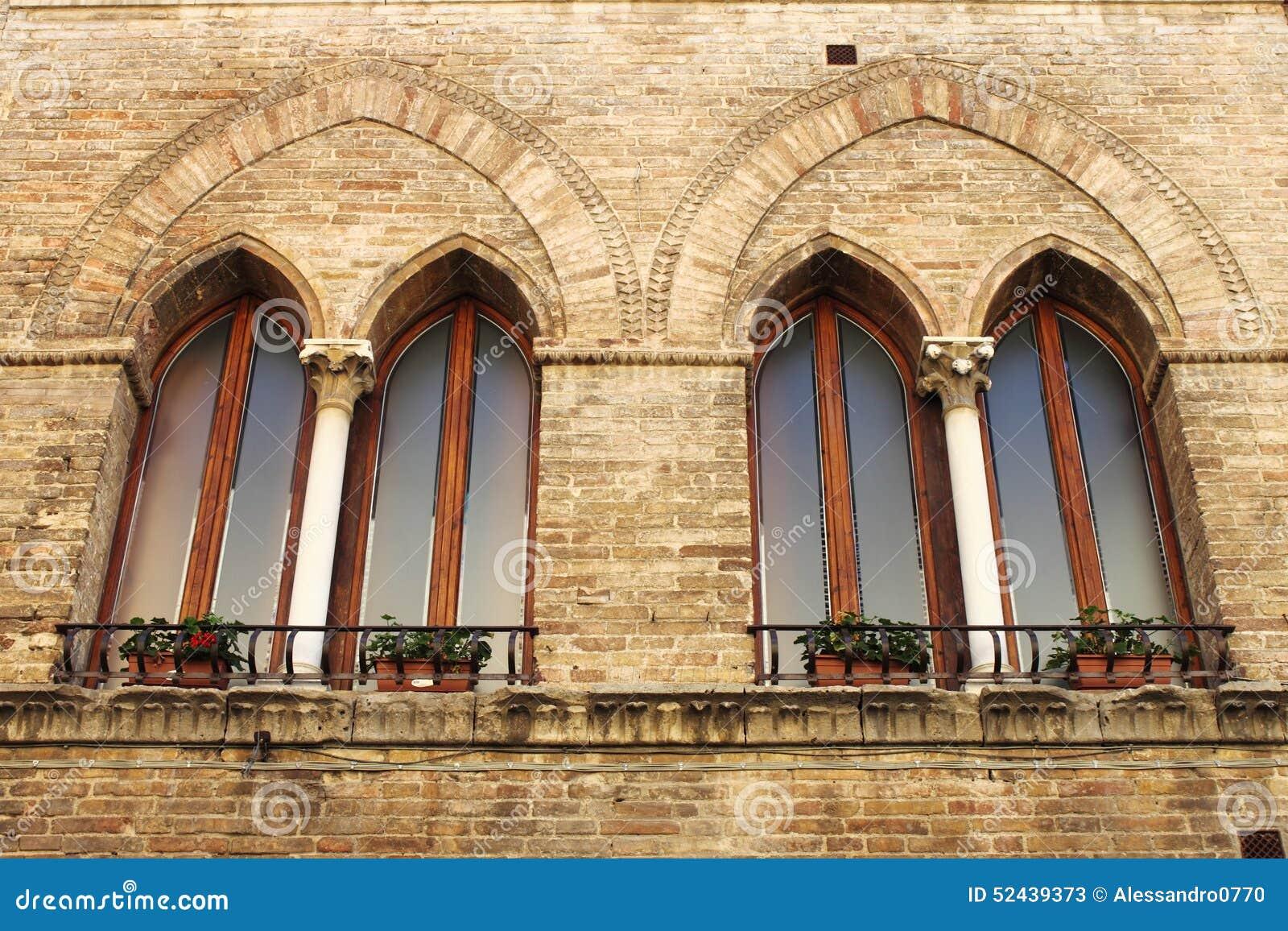 Finestre medioevali immagine stock immagine di costruzione 52439373 - Finestre castelli medievali ...