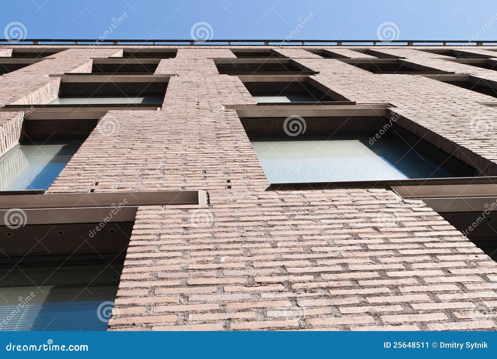 Finestre moderne sul muro di mattoni marrone immagine - Finestre moderne ...